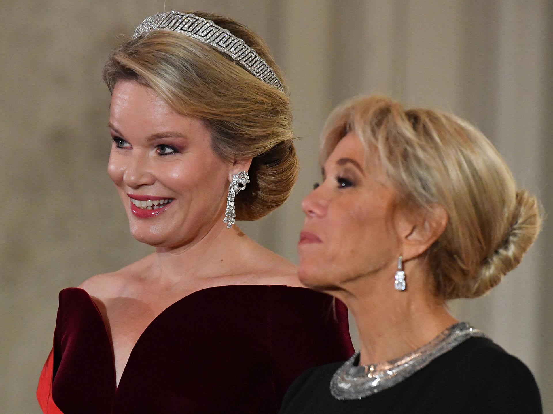 Ambas mujeres eligieron delicados peinados recogidos