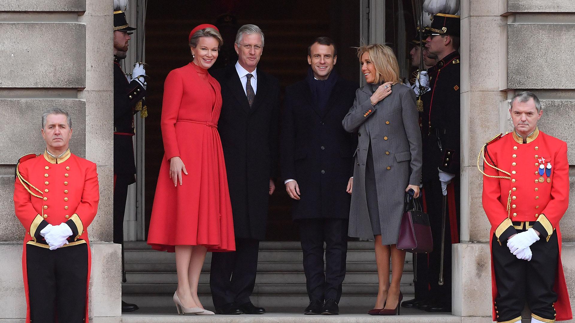"""Mathilde de Bélgica eligió un vestido colorado, que combinó con su tapado y su tocado. La reina eligió stilettos y cartera """"nude"""""""