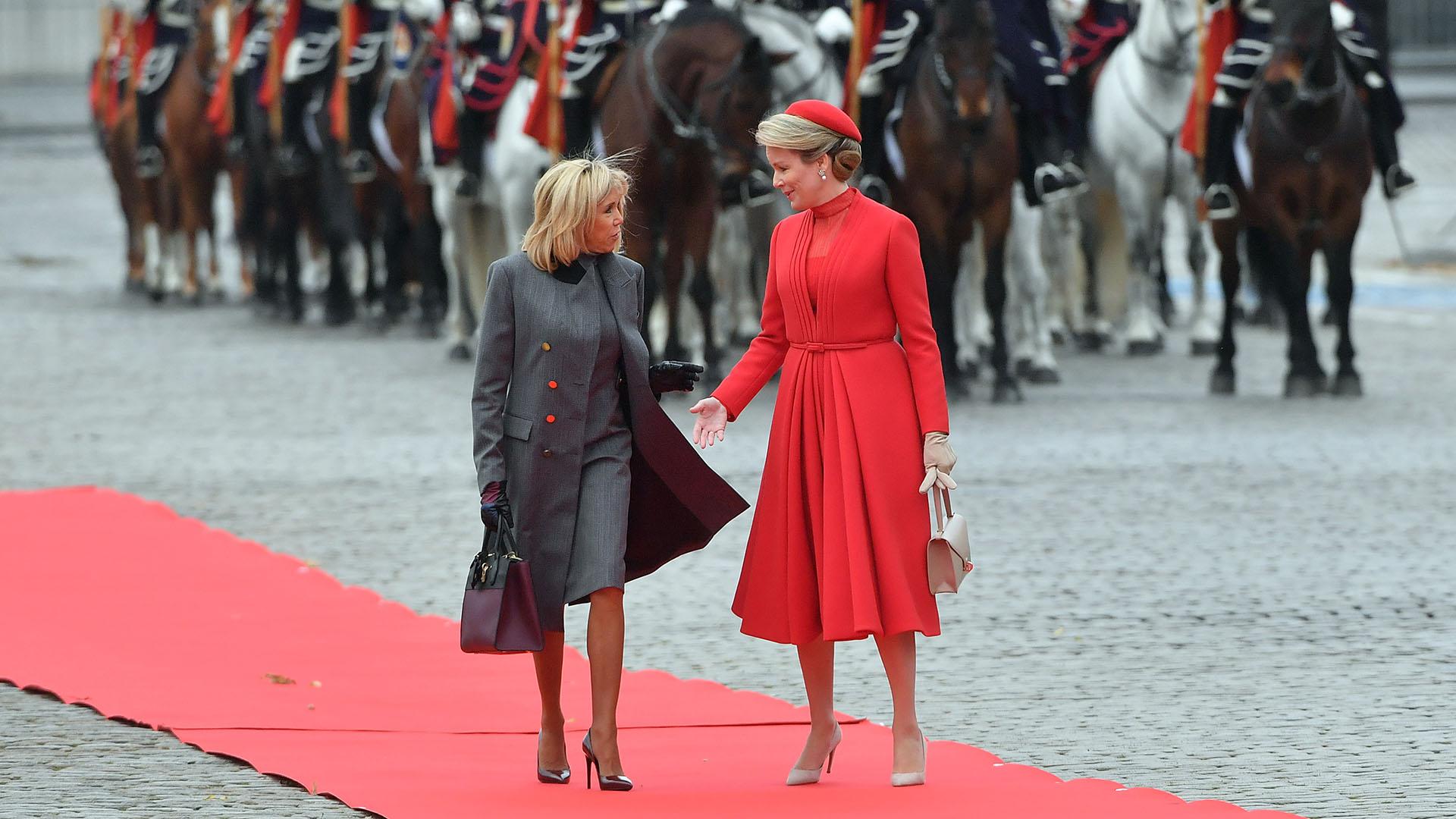 Durante el día, ambas mujeres impactaron con sus elegantes y formales estilismos en la ceremonia de bienvenida que se llevó a cabo en Bruselas