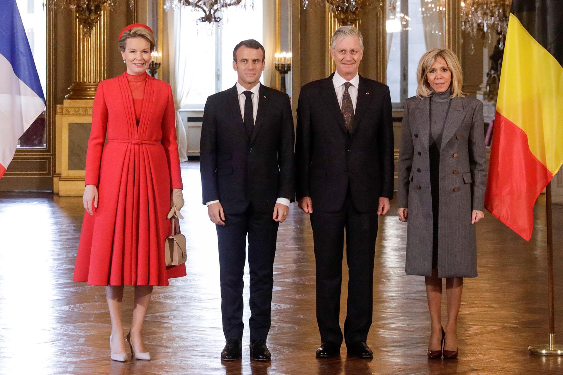 Los reyes de Mathilde y Philippe posan junto al presidente francés, Emmanuel Macron, y su mujer Brigitte en la Gran Galería del Palacio Real de Bélgica