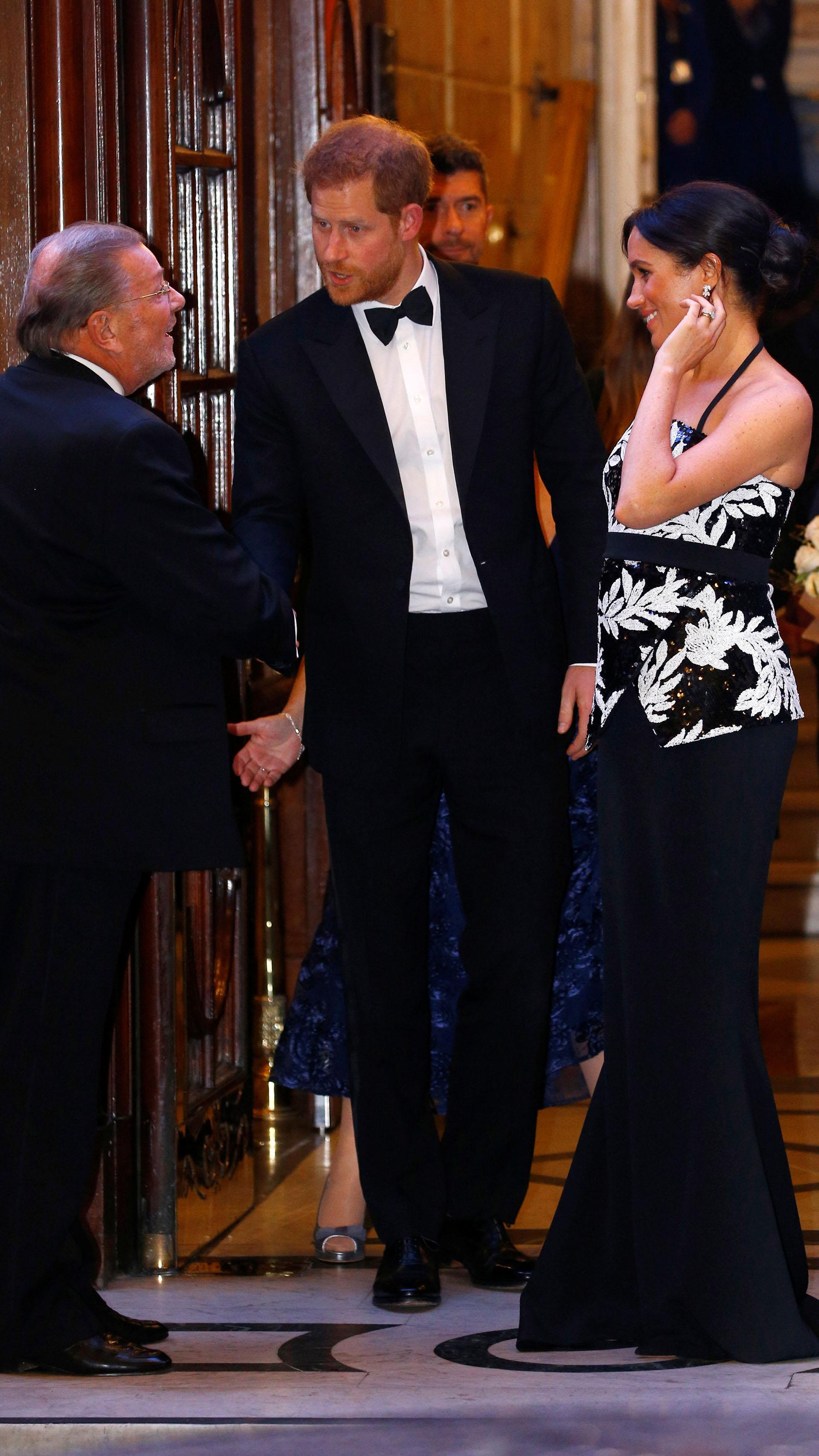 Los duques de Sussex saludaron a los invitados a la función de teatro y conversaron amablemente con ellos