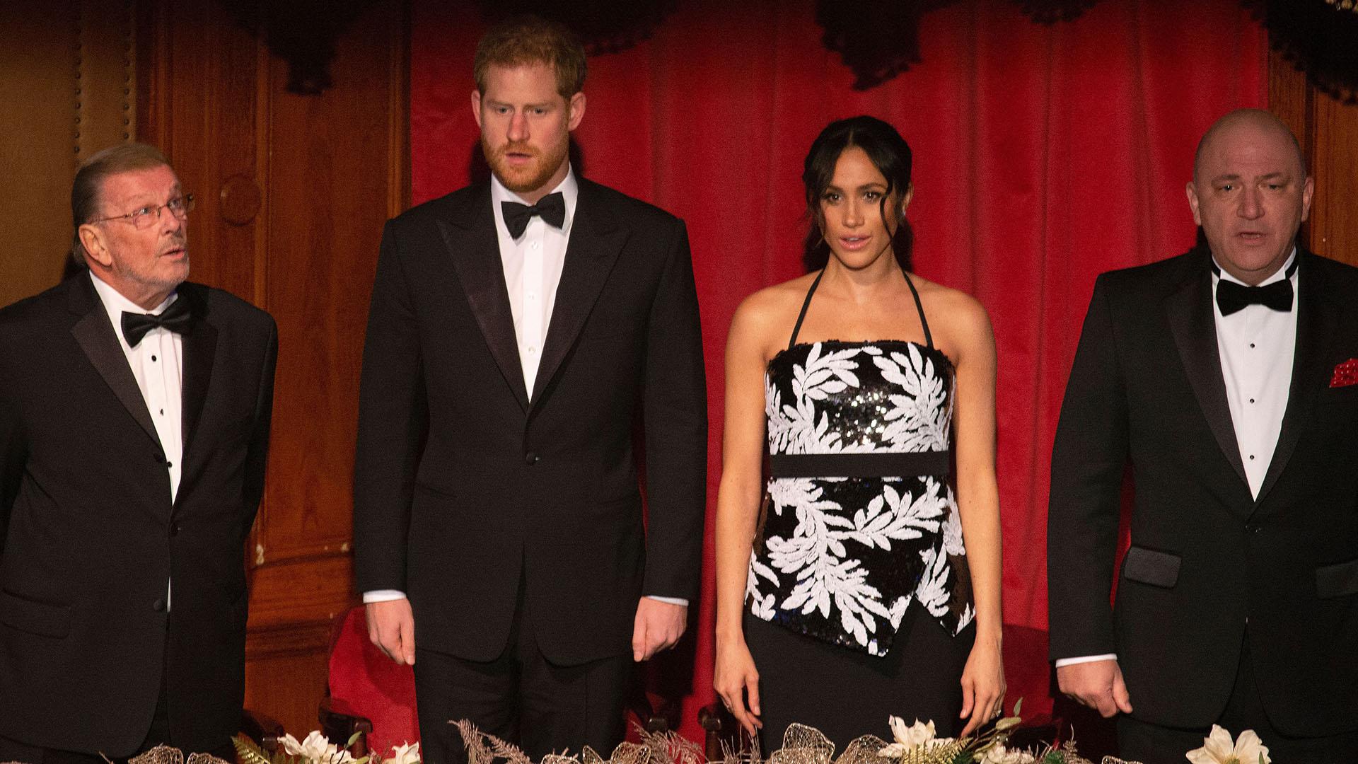 Meghan lució su abultado vientre con un vestido largo blanco y negro, de estampa floral y tiras en su cuello
