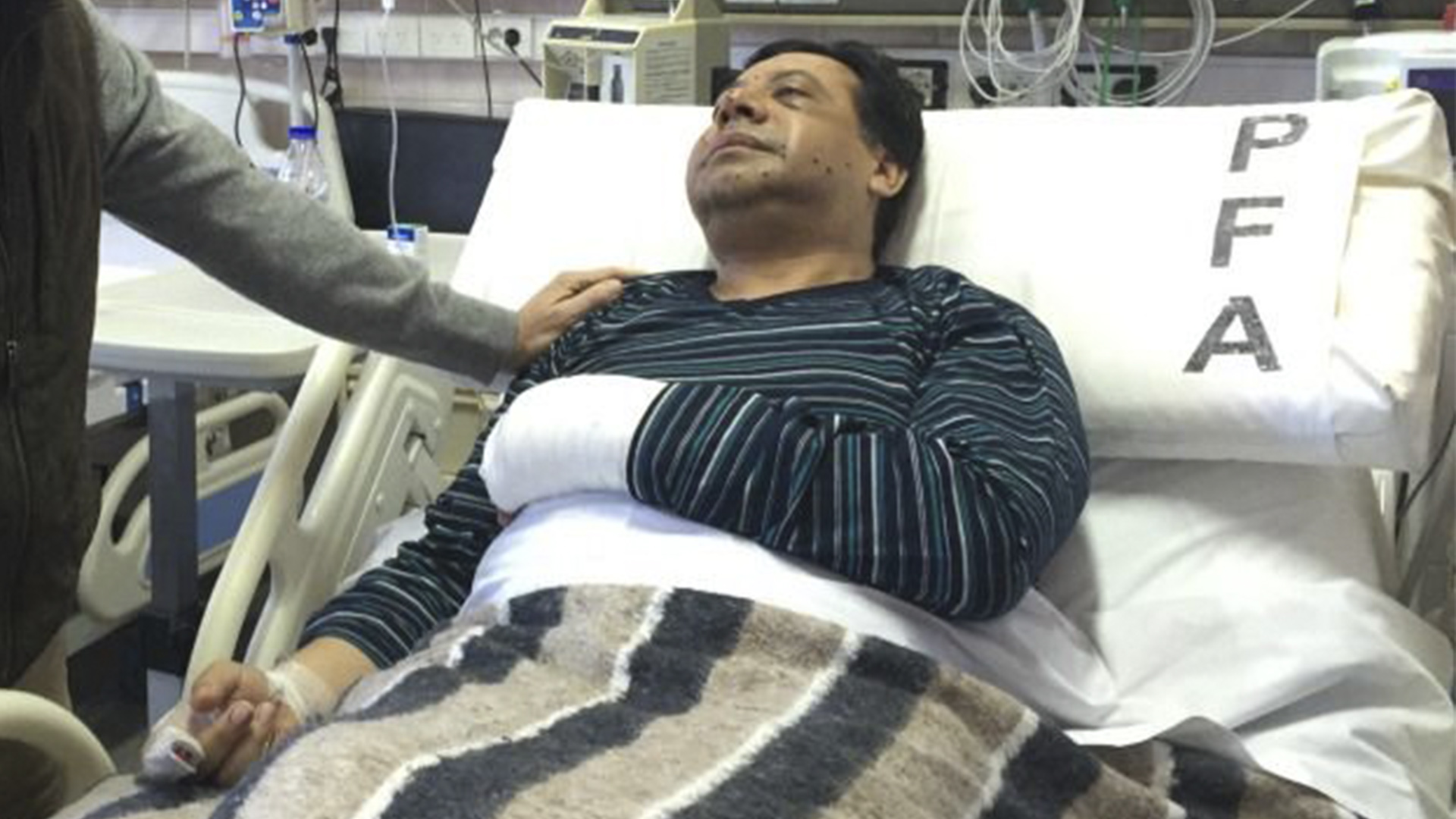 El comisario inspector Gustavo Santos Díaz en el hospital Churruca tras ser atacado.