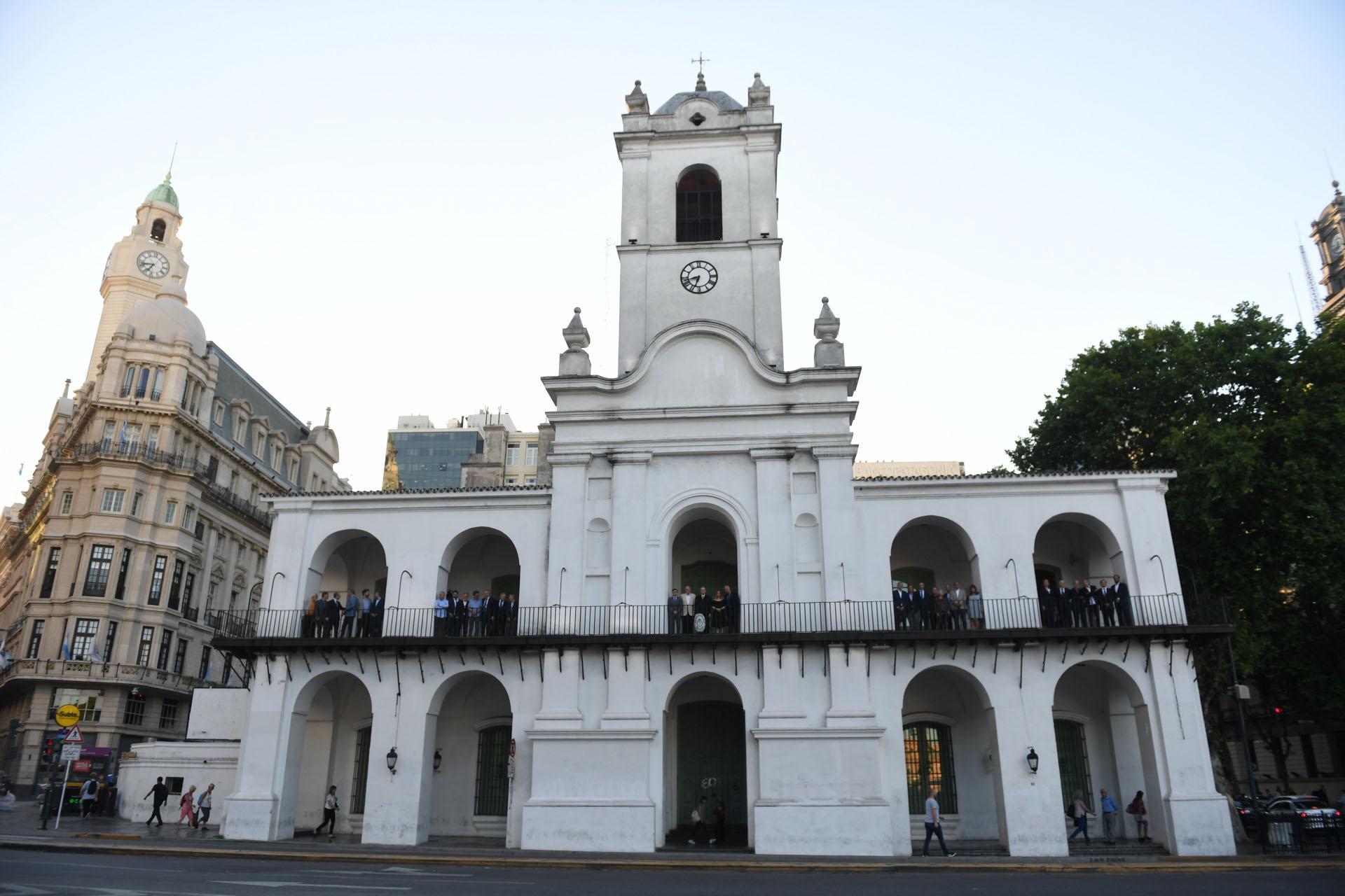 El frente del Cabildo con los periodistas y editores de mediosen los balcones