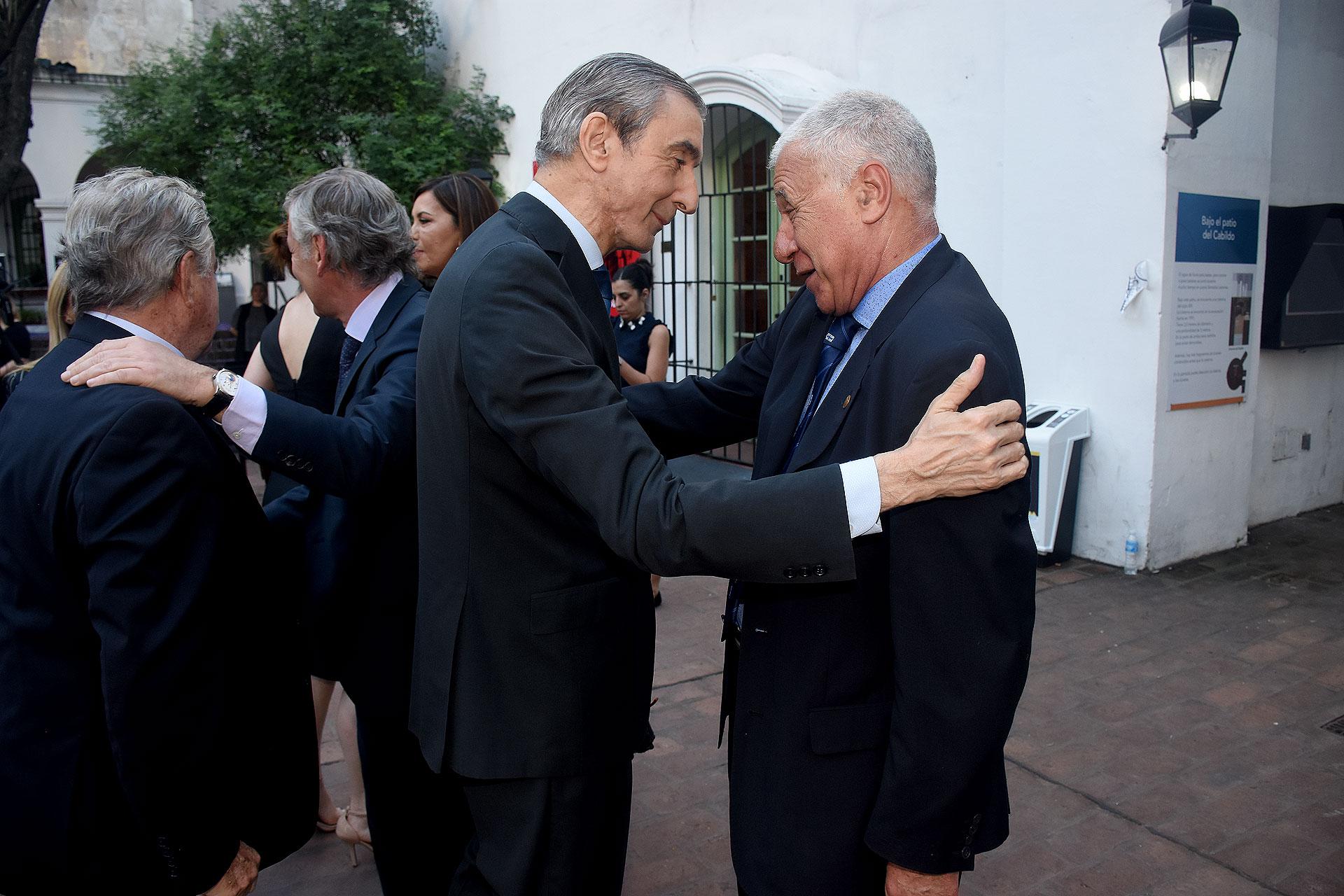 Nelson Castro saluda a Carlos Campolongo