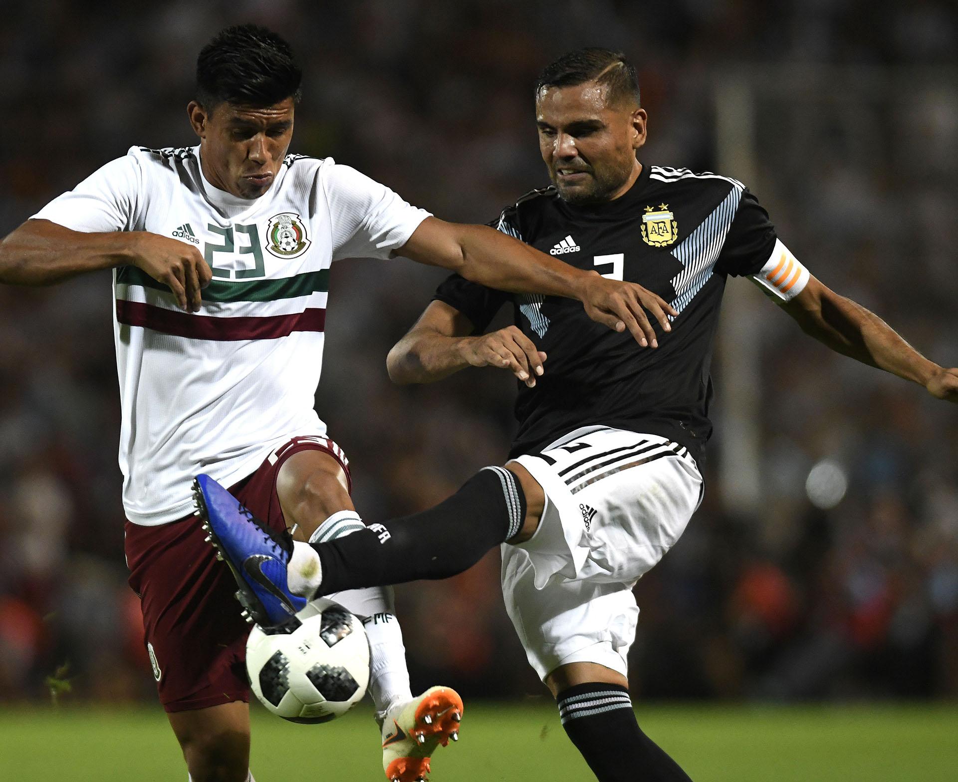 Gabriel Mercado lució la cinta de capitán en un equipo argentino súper renovado (AFP)
