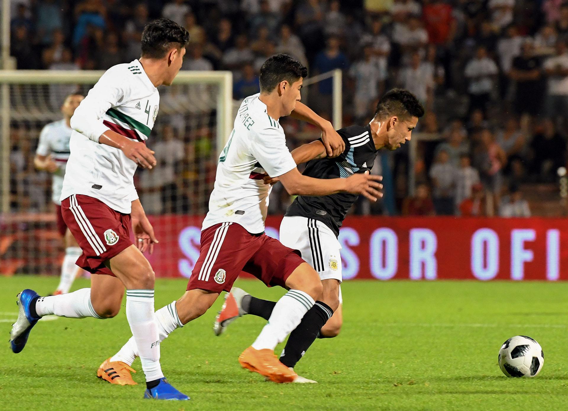 Desde las tribunas advirtieron el bajón y comenzaron a pedir con insistencia a Paulo Dybala. Cuando el DT juntó a Giovani Lo Celso y a Leandro Paredes, Argentina recuperó la pelota (Telam)