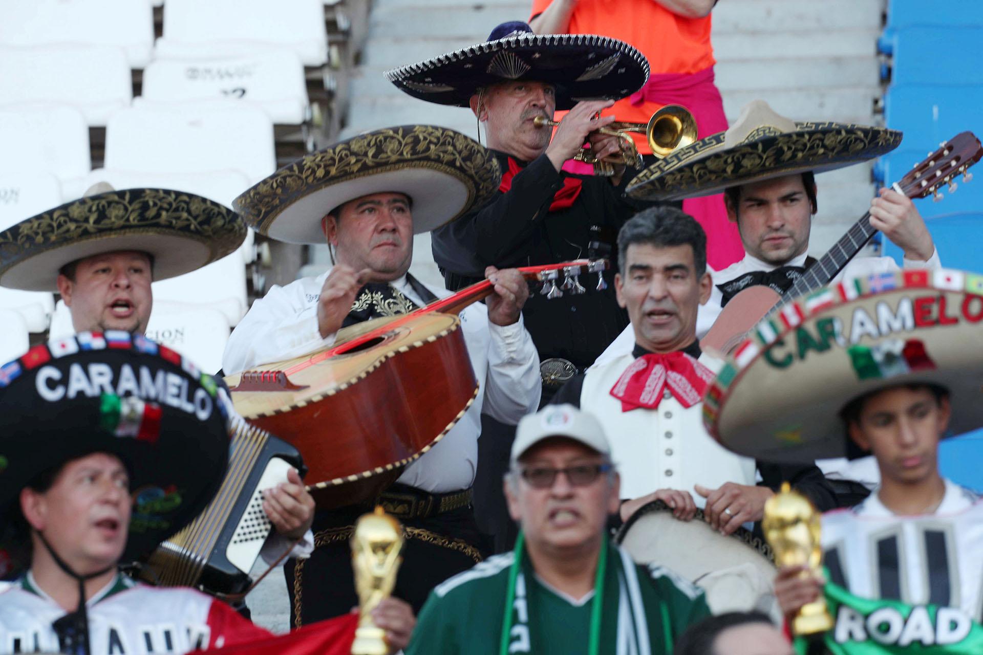 Cientos de mexicanos también alentaron a su selección, que también atraviesa una etapa de cambios (REUTERS)