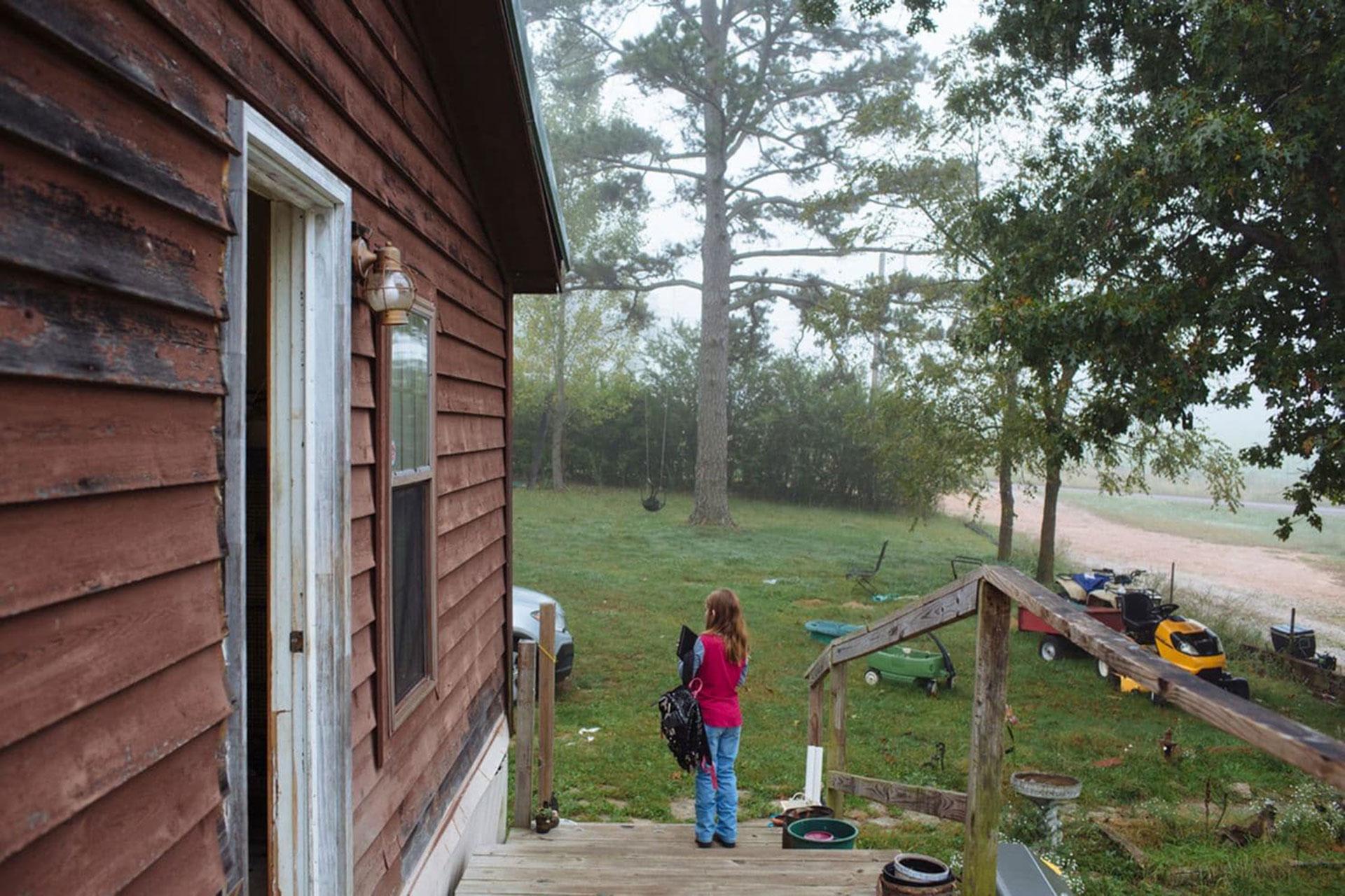 Raeleigh espera que su abuela la lleve a su escuela cerca de Vanzant, Missouri(Angus Mordant/The Washington Post)