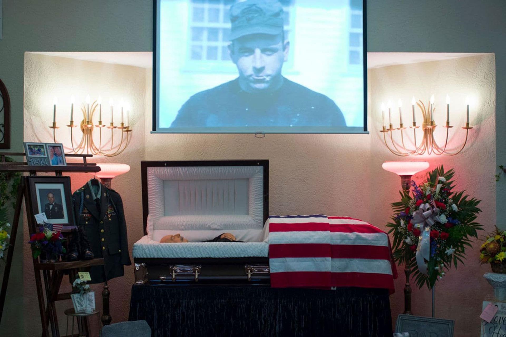 El cuerpo de Raleigh May, de 67 años, se encuentra en un ataúd abierto en la capilla de la Funeraria Craig-Hurtt en Mountain Grove, Missouri, en septiembre (Angus Mordant/The Washington Post)