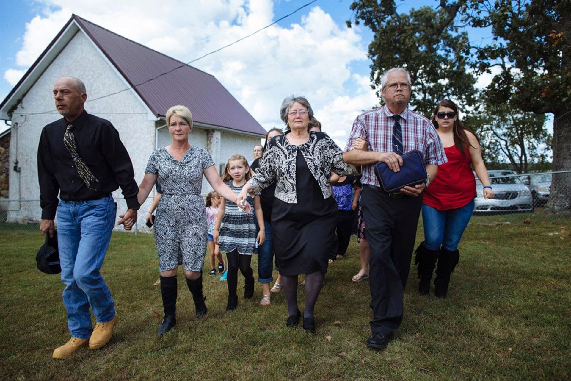 """Raeleigh camina en la procesión funeraria detrás de Patsy May y su abuela materna, Elizabeth """"Becky"""" Lamson, de 47 años (Angus Mordant/The Washington Post)"""