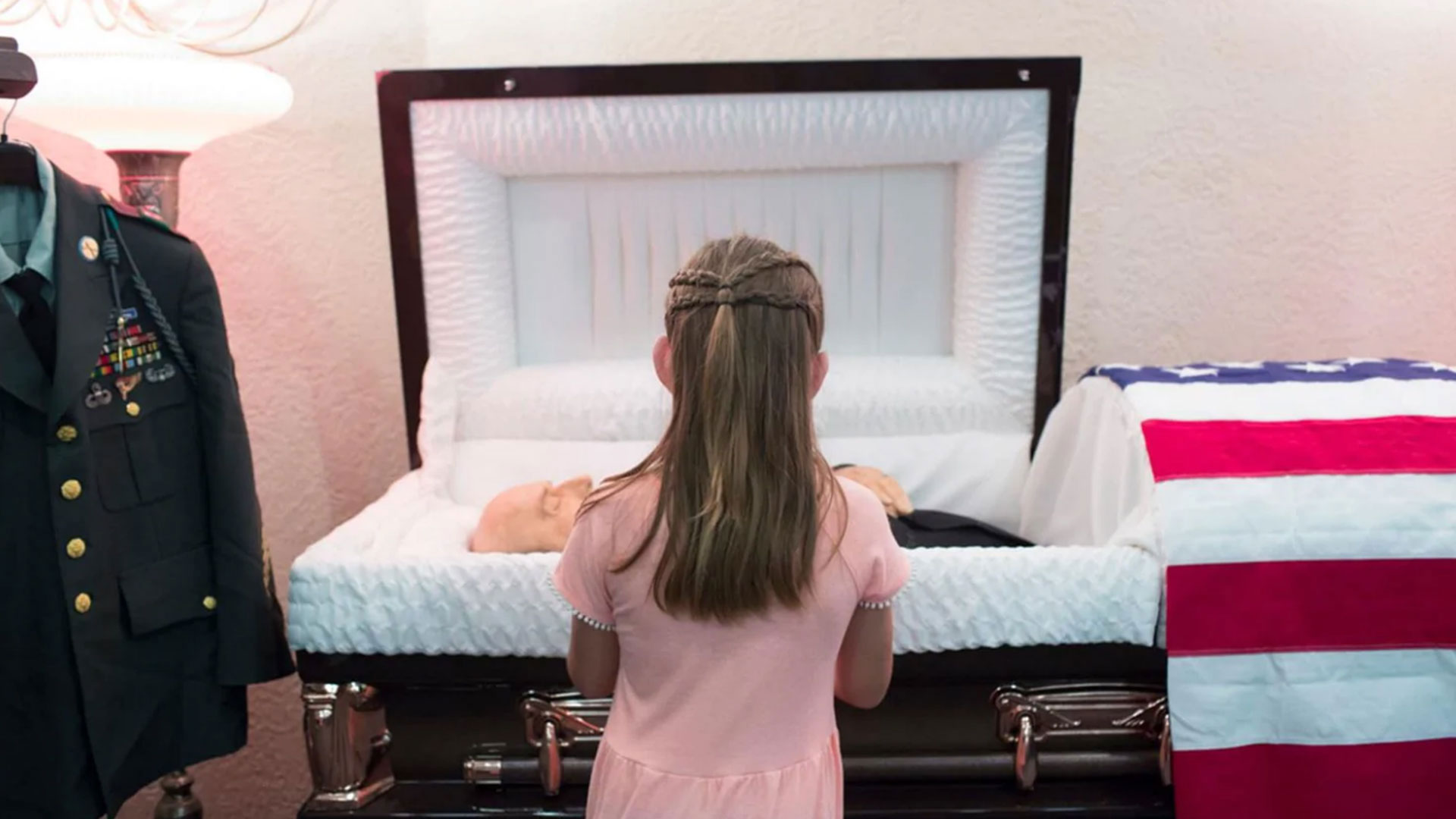 Raeleigh Mae Guzmán despide a su bisabuelo (Angus Mordant/The Washington Post)