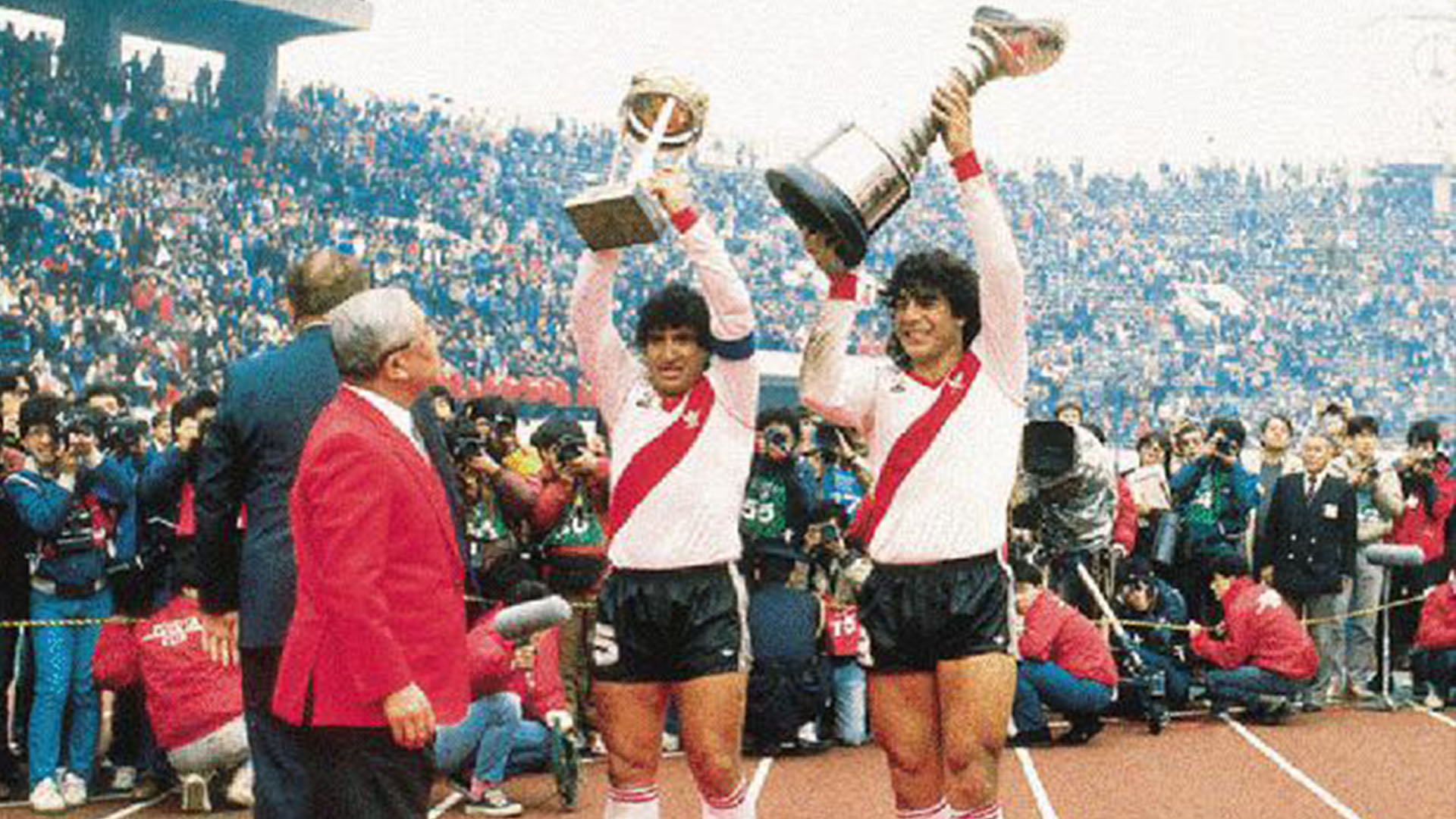 """Juan Gilberto Funes (d) y """"Tolo"""" Gallego (i) desfilancon la Copa Libertadores 1986 y la Intercontinental que River ganaría después ante el Steaua de Bucarest, con el gol de Antonio Alzamendi en Japón"""