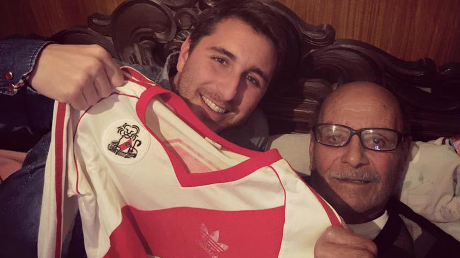 Juan Pablo Funes, con la camiseta con la que el Búfalo, su padre, ganó con River la Copa Libertadores de 1986, junto a su abuelo Pedro Vicente Funes