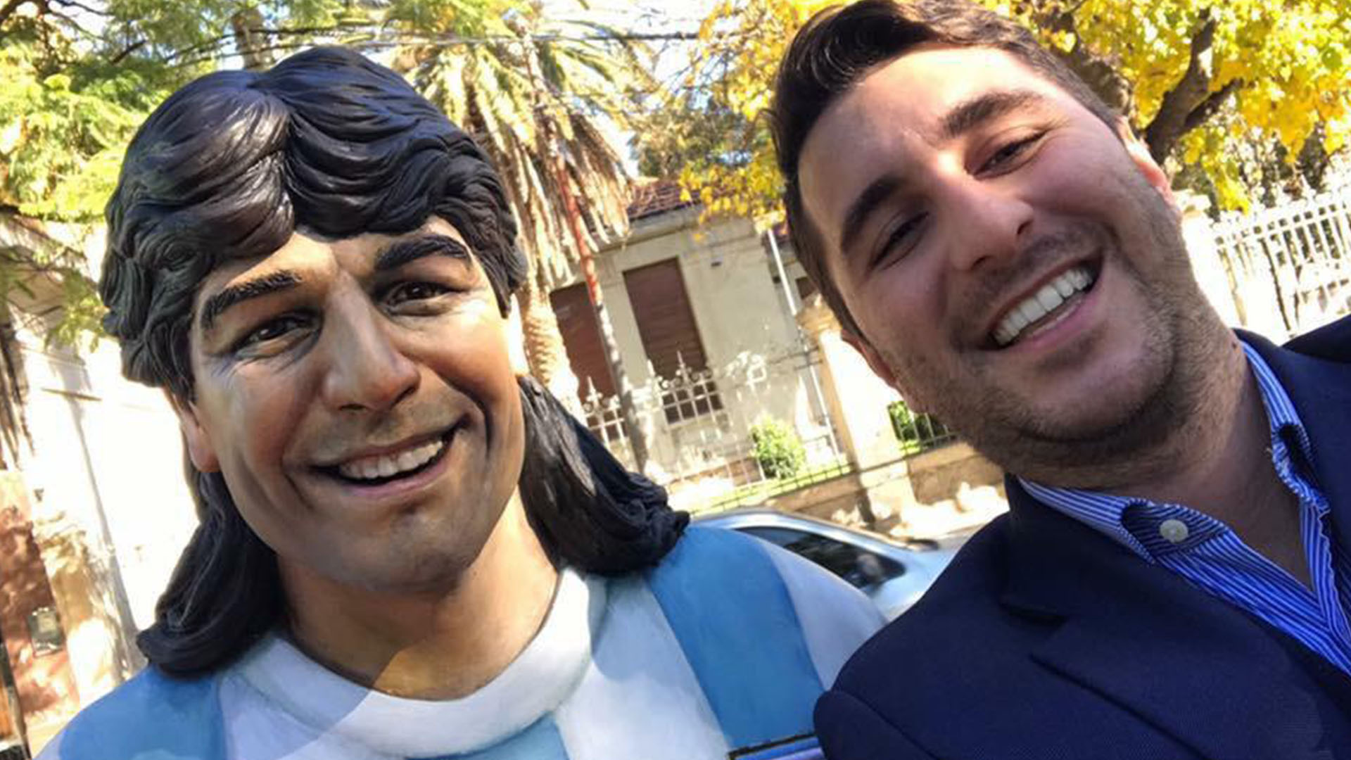 Juan Pablo Funes junto a la estatua de su padre