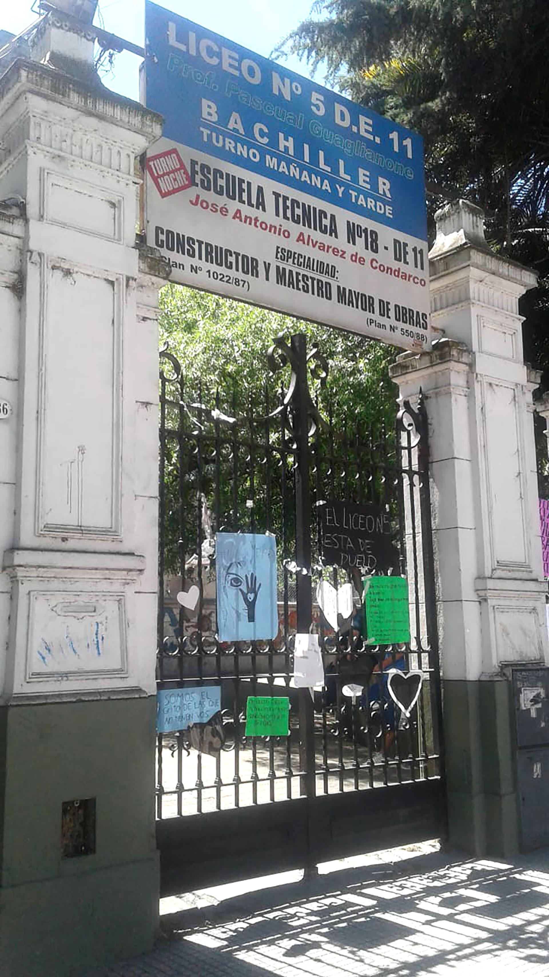 Los compañeros de Nahomi cubrieron la entrada con carteles