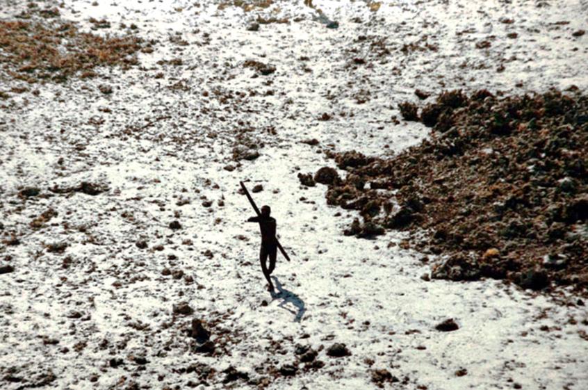 Quien intente acercarse a la isla será recibido por sus habitantes con flechas envenenadas