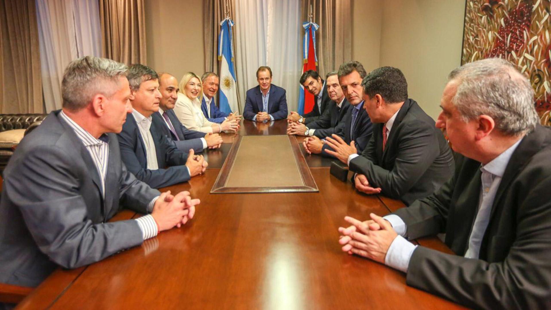 El mandatario conversa con los gobernadores justicialistas sobre la conveniencia de no excluir a nadie en un gran frente opositor