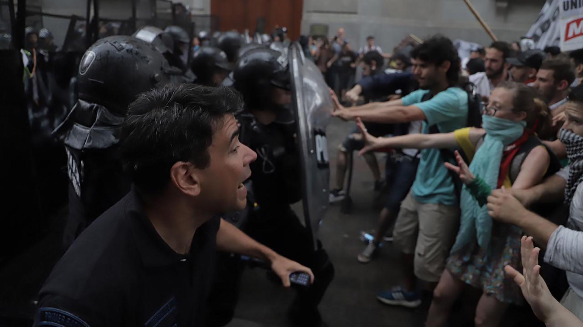 El debate en el recinto se desarrolla con un clima hostil en las calles que era previsible