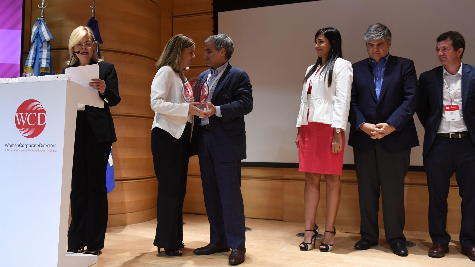 Néstor García, socio director ejecutivo de KPMG, entrega el galardón (Maximiliano Luna)
