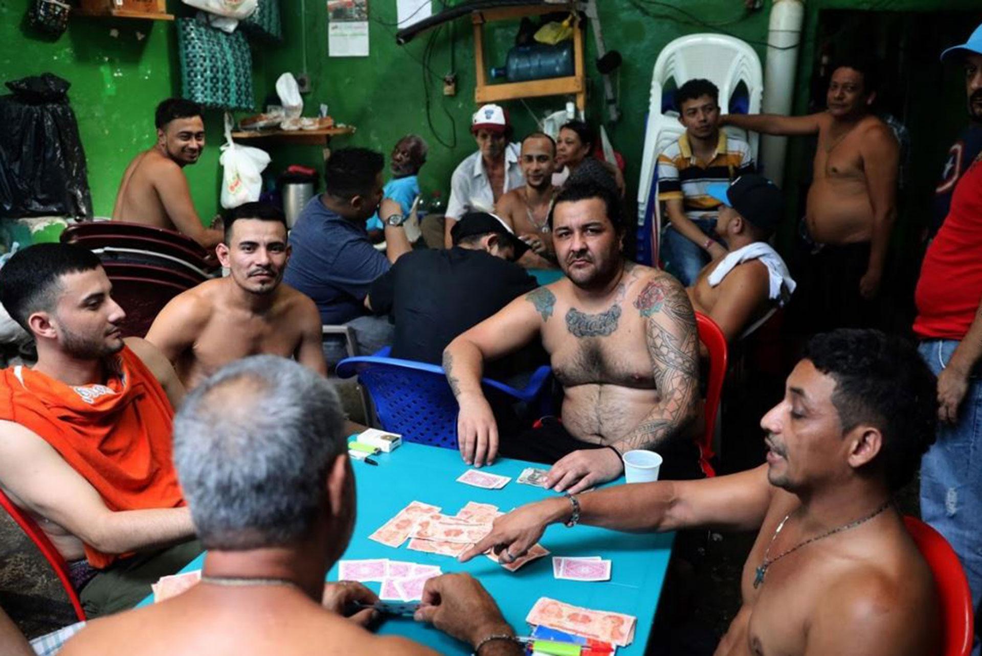 Un grupo de pandilleros se divierte jugando a las cartas
