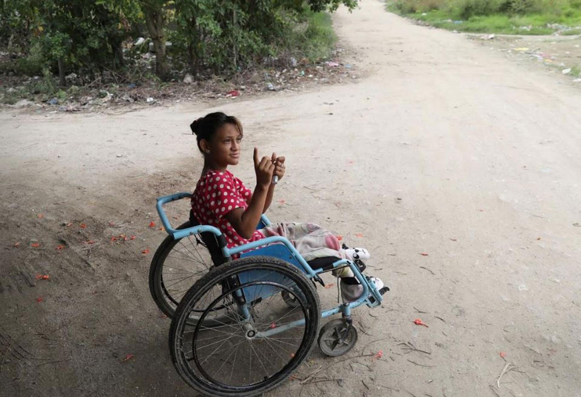 Una mujer en silla de rueda es fotografiada en un lugar donde se pelean pandillas