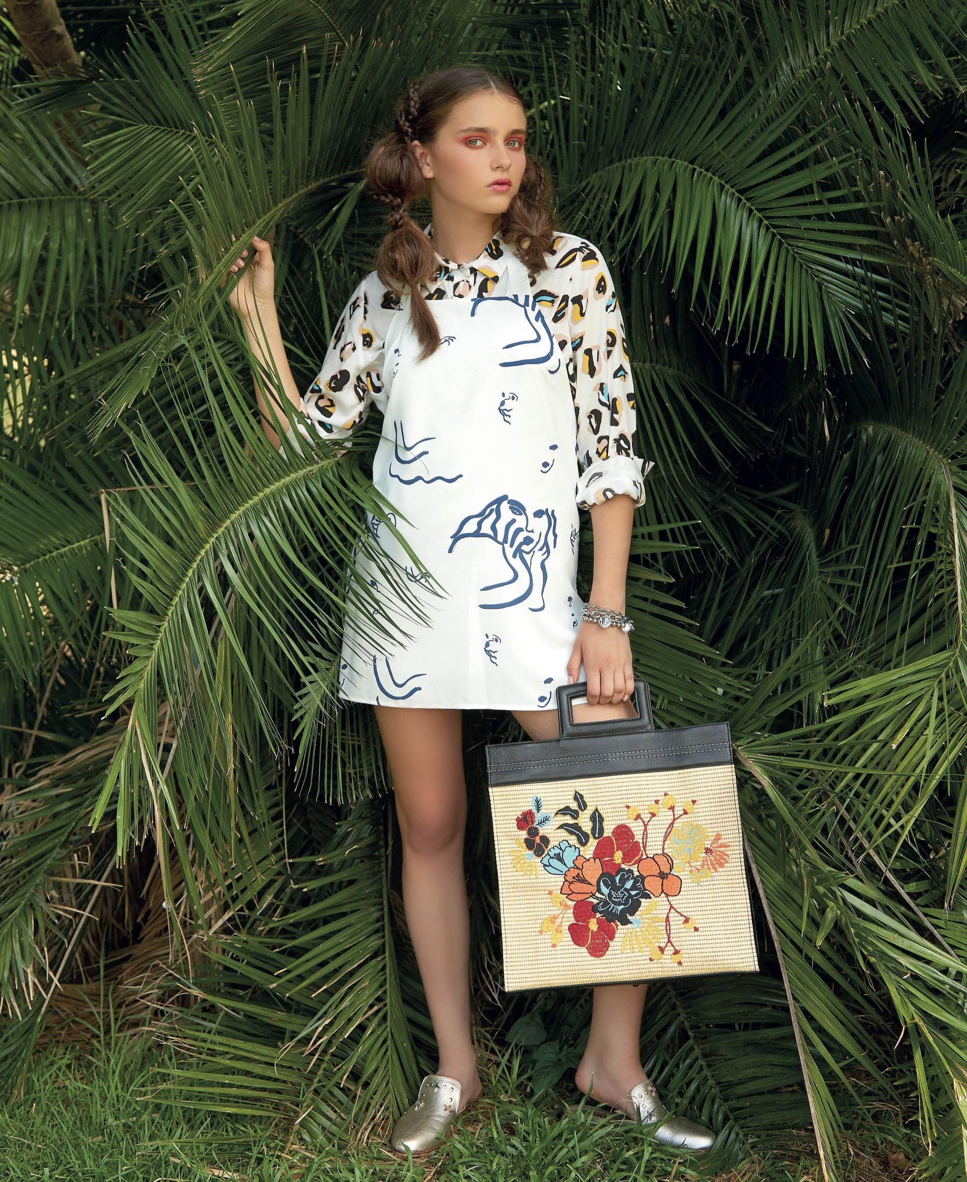 Camisa estampada ($ 2.000, Estancias), vestido tipo delantal con escote en la espalda ($ 2.515, AY Not Dead), cartera de cuero y rafia bordada ($ 6.640, Mishka), pulseras con dijes (Salve Regina) y mules de cuero con tachas ($ 2.790, Viamo).