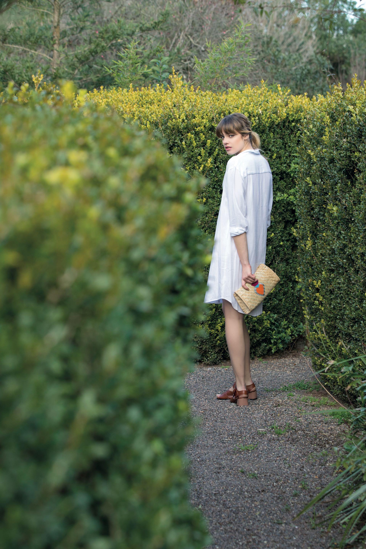 Vestido camisero (St. Marie), sobre de rafia ($ 1.600,Warmi) y sandalias con hebilla de acrílico ($ 5.980,Mishka).
