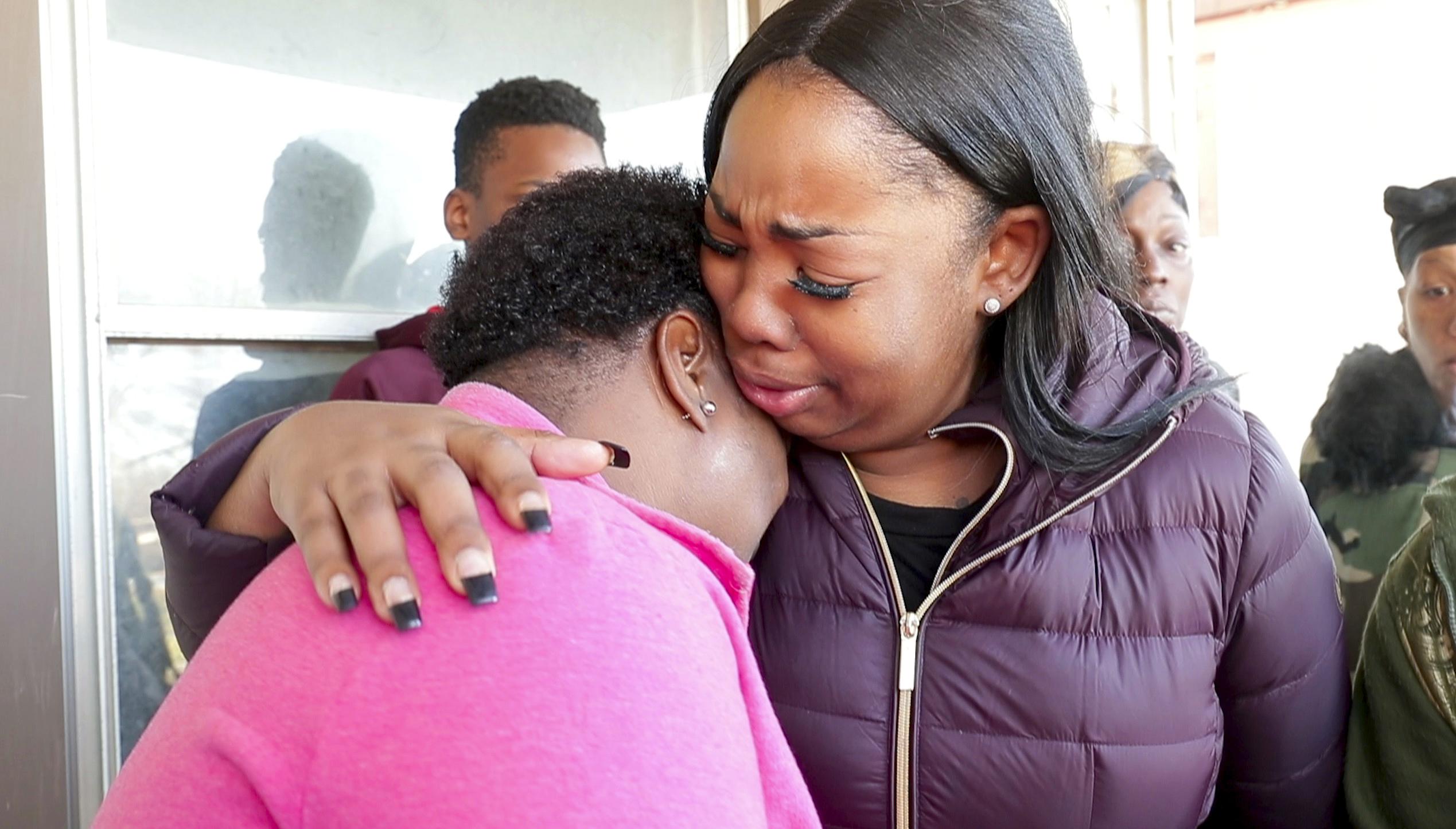 La madre de Sandra Parks, Bernice Parks es abrazada por Jasmine Wells, la abuela de la niña de 13 años que murió al ser alcanzada por una balada perdida en su casa(Mike De Sisti/Milwaukee Journal-Sentinel via AP)