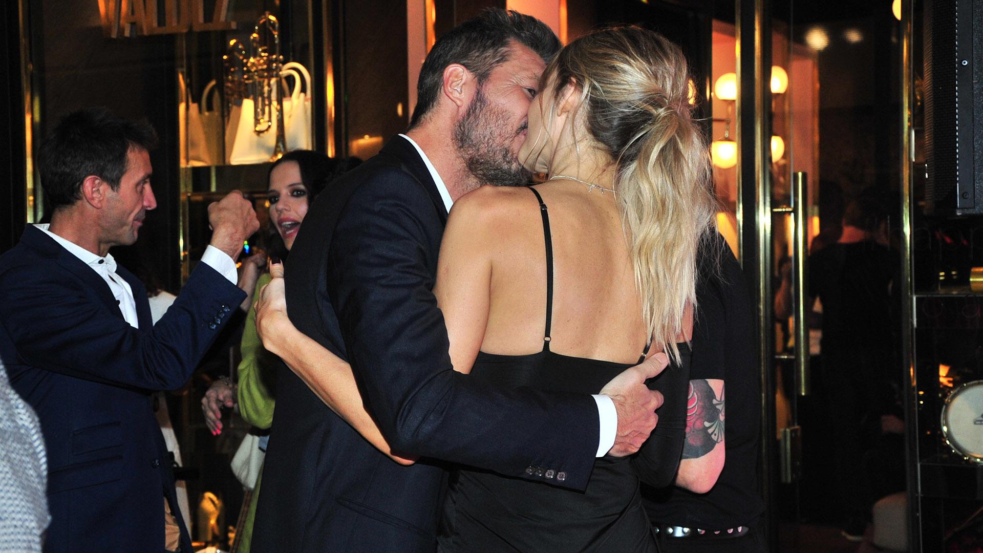 El beso apasionado entre el conductor y su pareja
