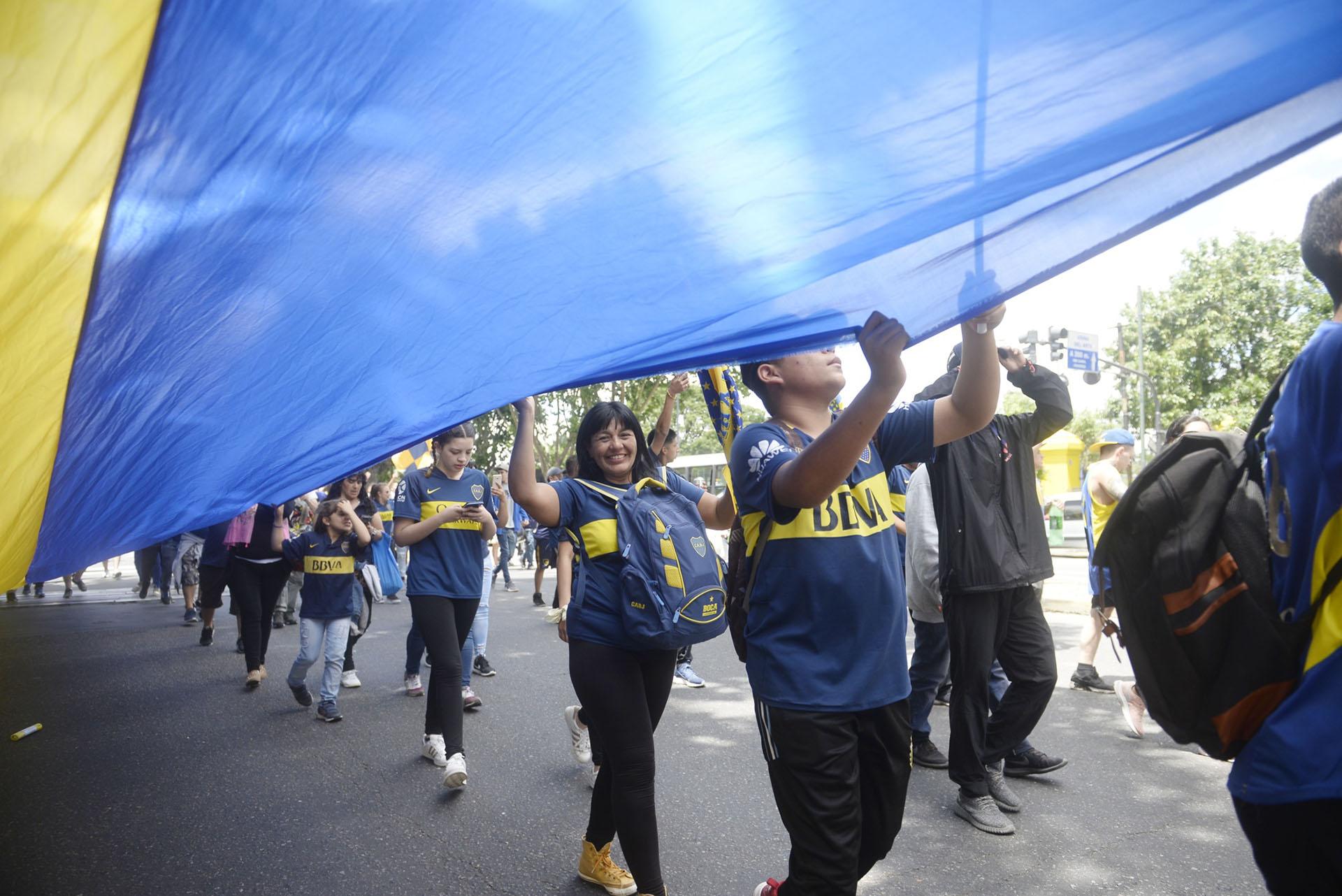 Cerca de las 15, el micro del plantel de Boca partirá hacia el estadio Monumental. Los hinchas lo despedirán y lo acompañarán por algunas cuadras en una suerte de caravana