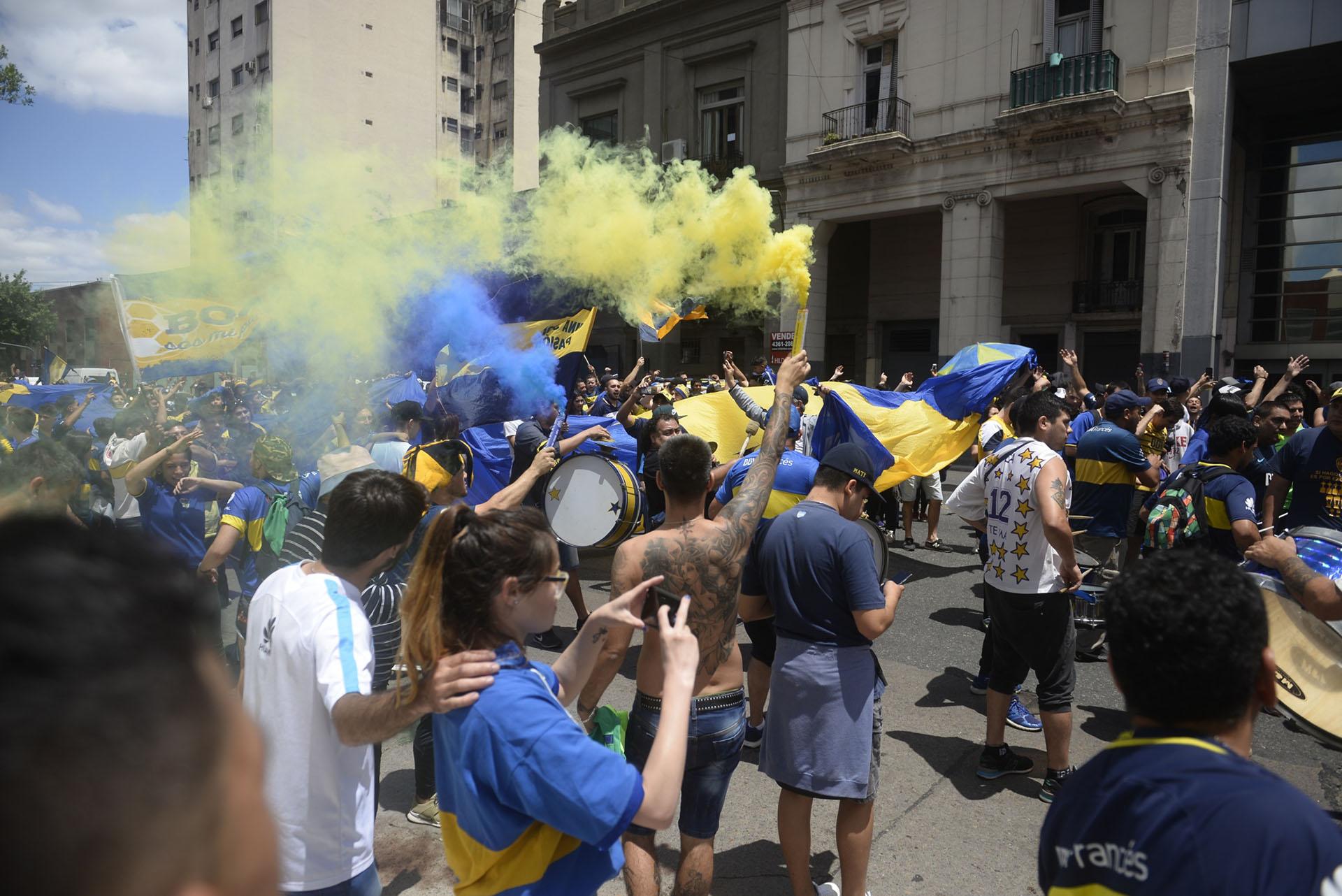 """Con banderas, camisetas, globos y bengalas, los hinchas montaron una enorme fiesta """"Azul y Oro"""""""