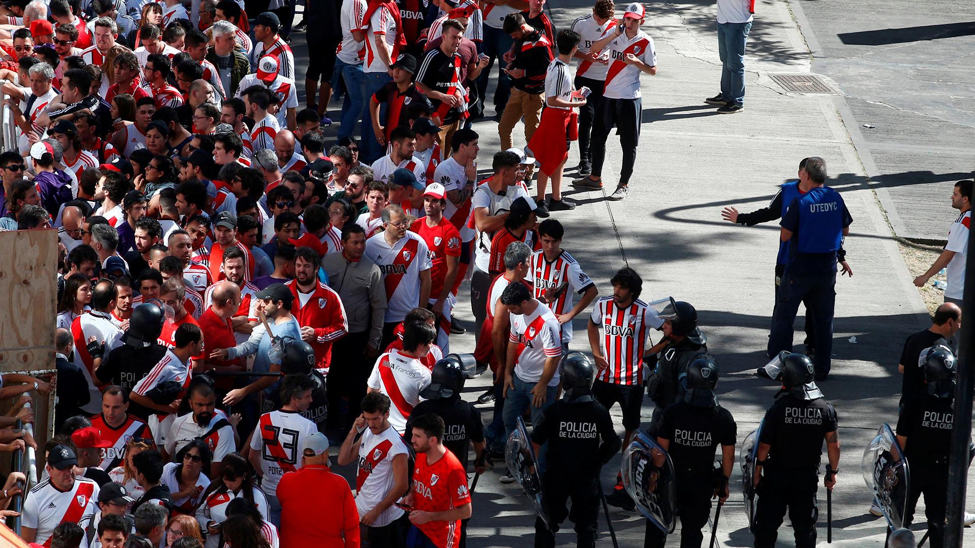 Hubo graves incidentes en los alrededores del estadio Monumental (Reuters)