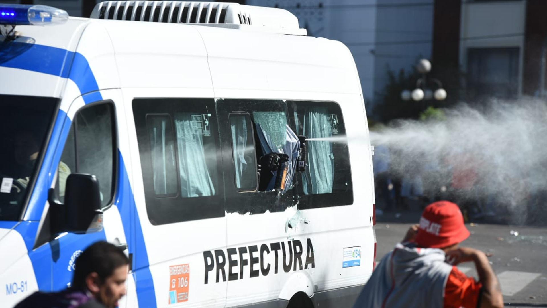 Desde una camioneta de Prefectura arrojan gas pimienta (Manuel Cortina)