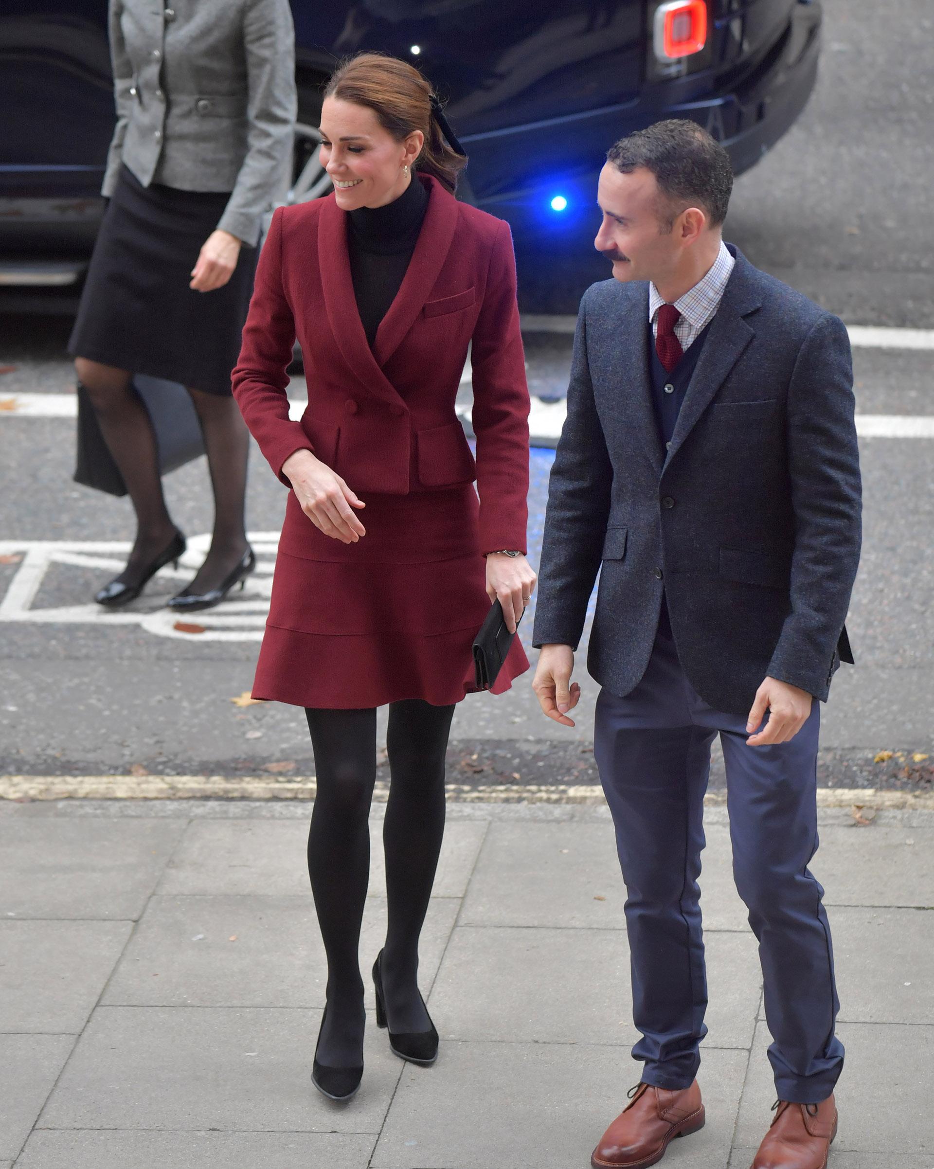 Para la ocasión, la duquesa eligió un traje bordó cruzado con una minifalda suelta