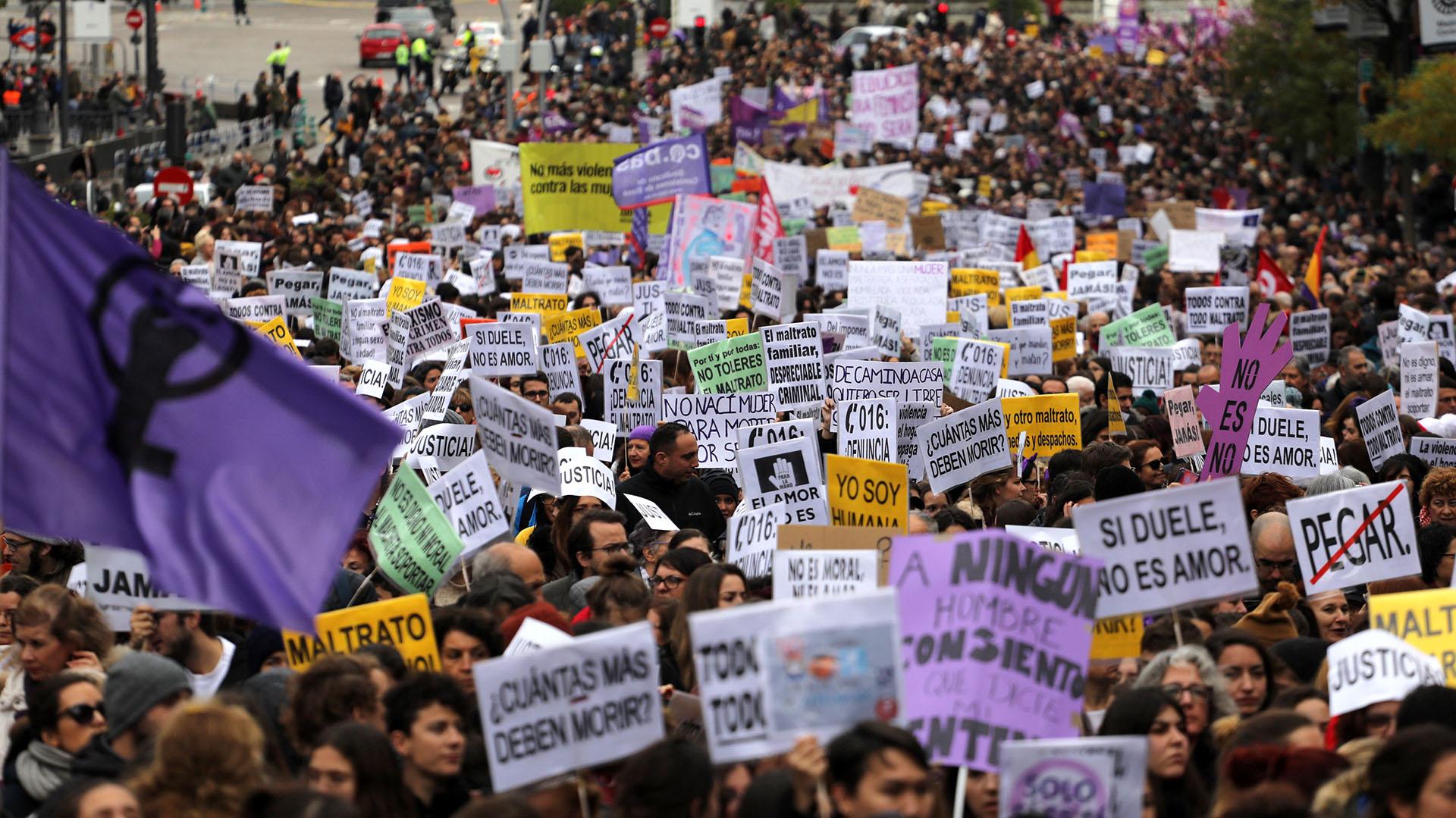 Miles de personas se aceraron al centro de la capital española para mostrar su apoyo al movimiento feminista