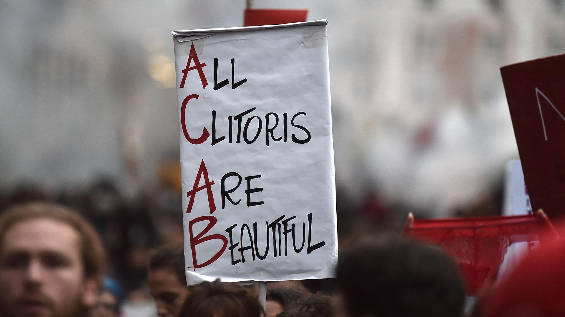 """""""Todos los clítoris son hermosos"""", afirma un cartel en la marcha en Roma, Italia"""