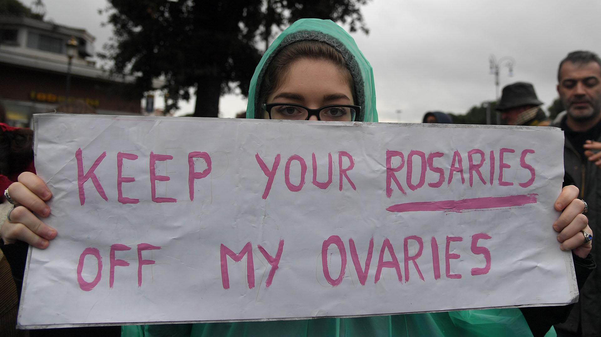 """""""Mantén tus rosarios lejos de mis ovarios"""", escribió una mujer en Italia"""