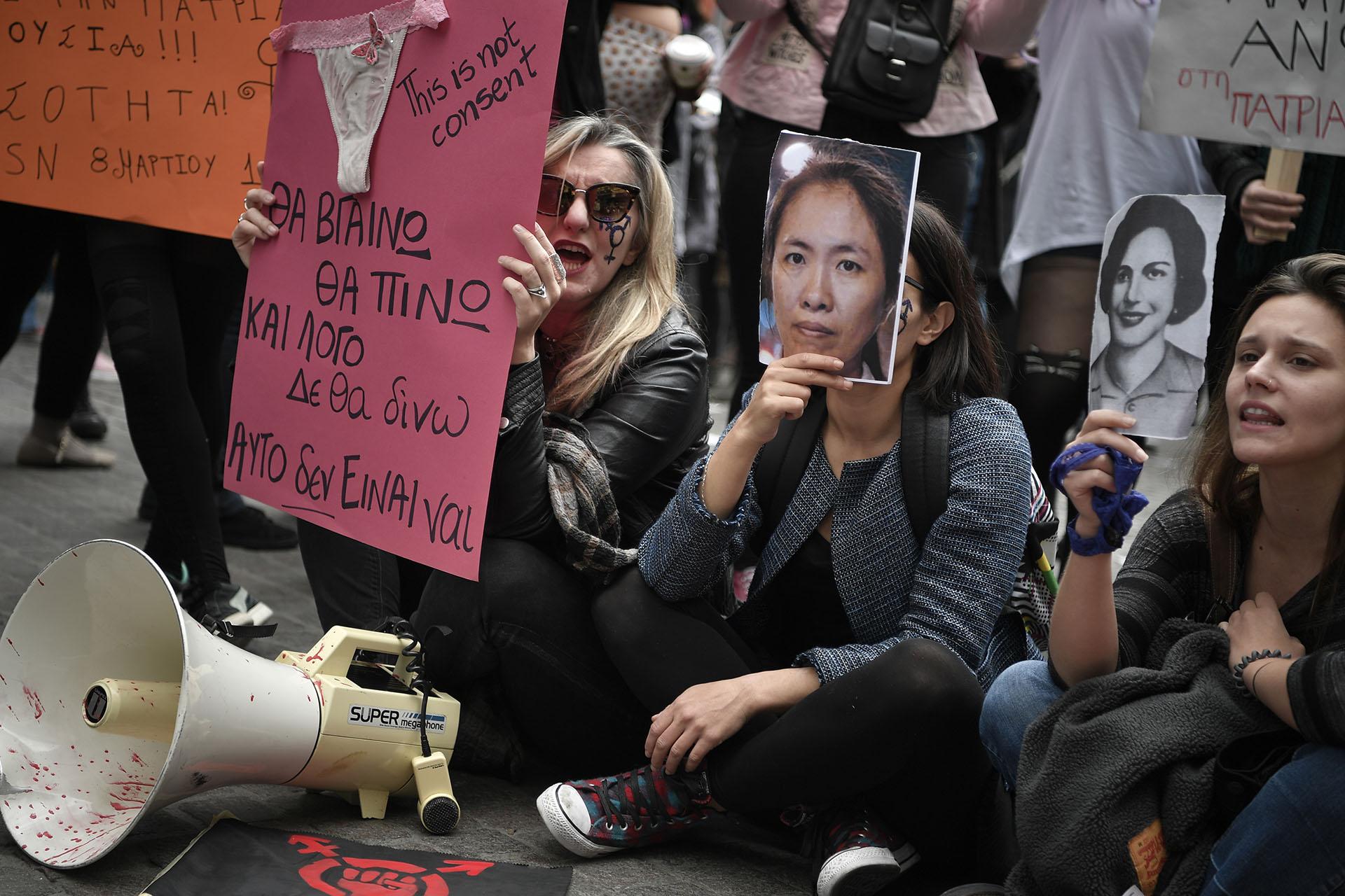 Activistas usaron los rostros de víctimas de la violencia en Atenas, Grecia