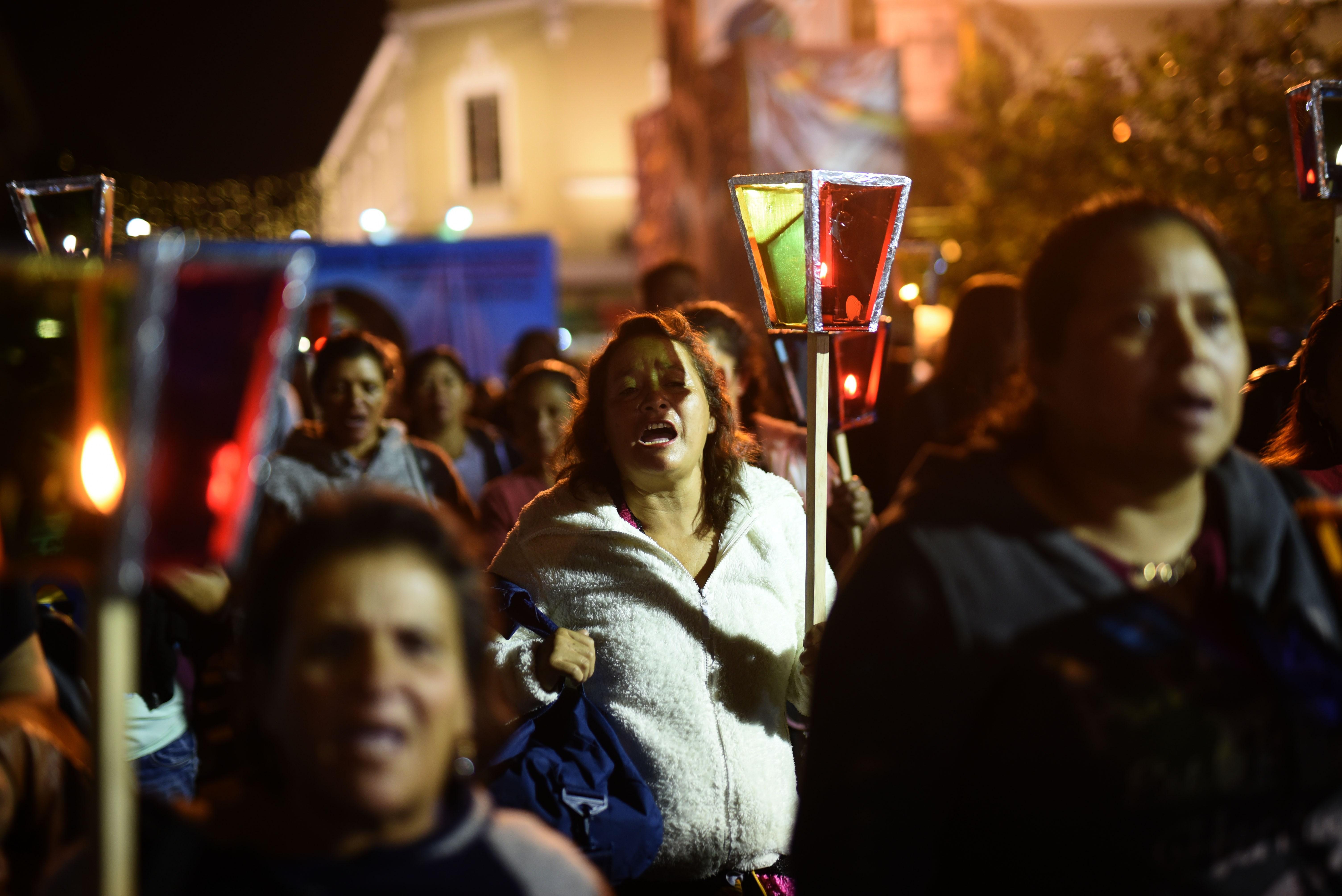 """En medio de la noche y ataviadas con velas, centenares de personas recordaron con una vigilia a todas las víctimas de violencia de género y pedir """"luz de justicia"""" en Ciudad de Guatemala"""