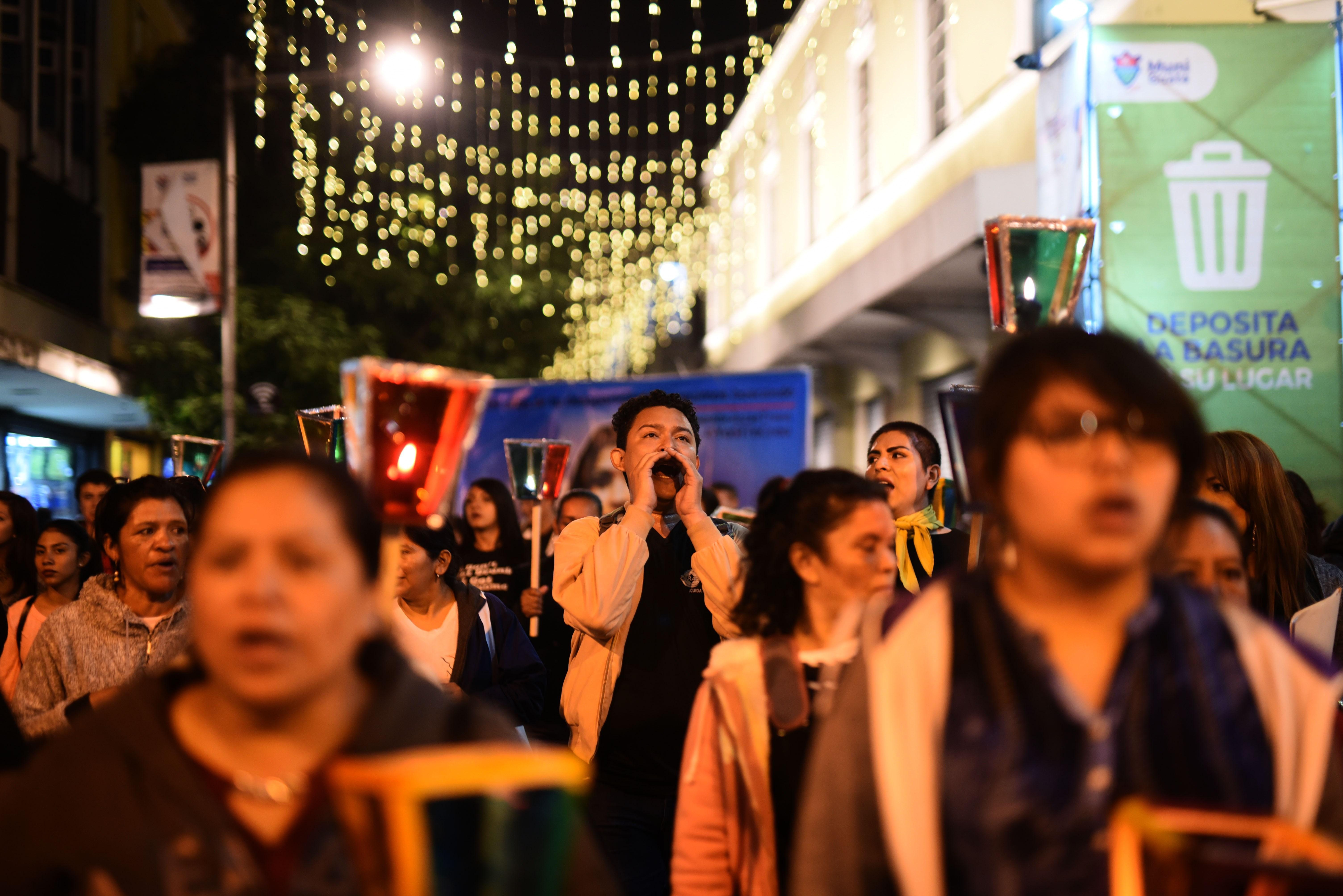 """En Guatemala, la Coordinadora 25 de Noviembre organizó esta caminata de faroles para exigir """"luz de justicia"""" para todas las féminas fallecidas"""
