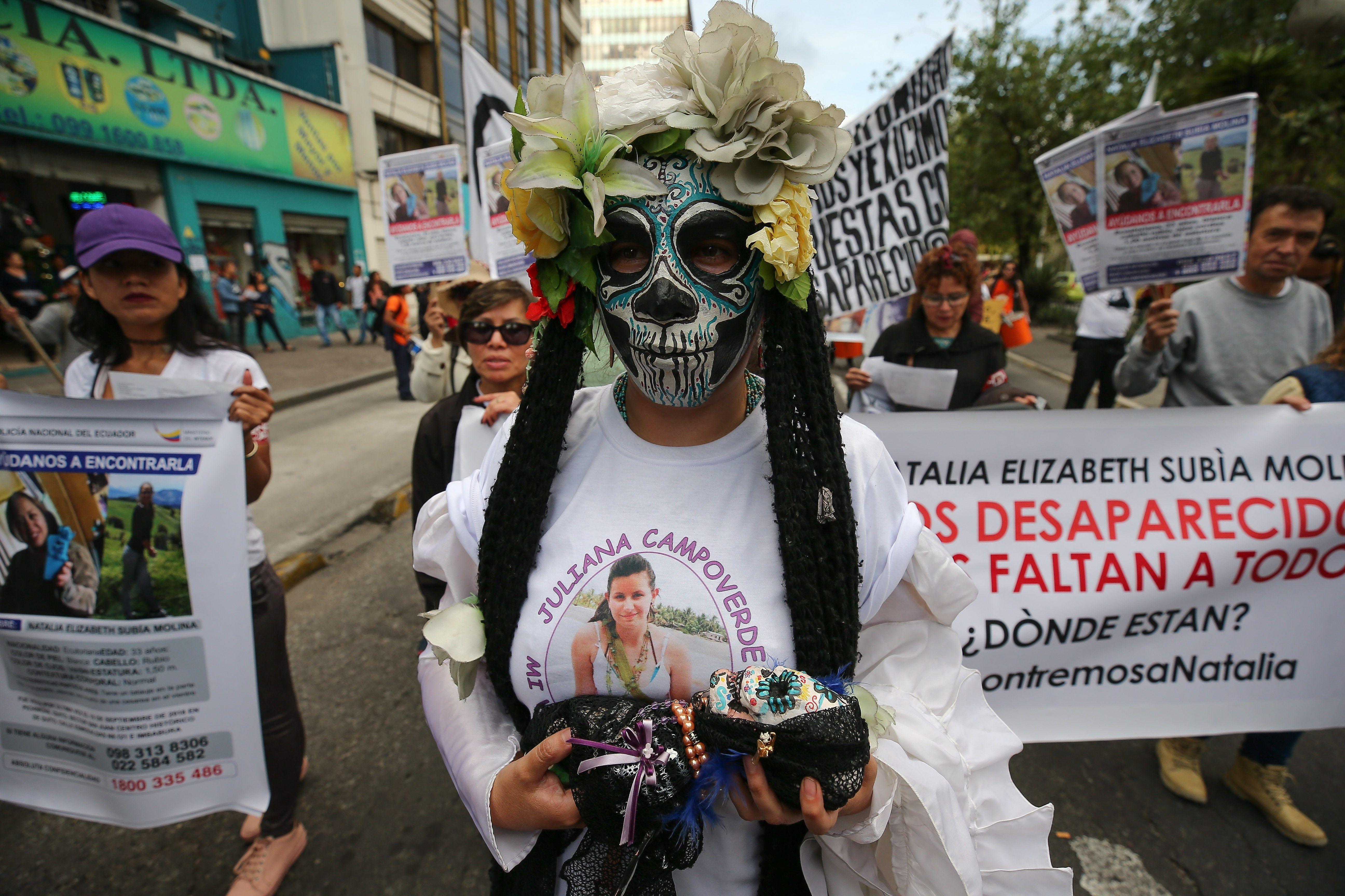 """Cientos de ecuatorianos marcharon el sábado en Quito con la consigna """"Vivas nos queremos"""", una movilización contra la violencia de género por el Día Internacional para la Eliminación de la Violencia contra la Mujer"""