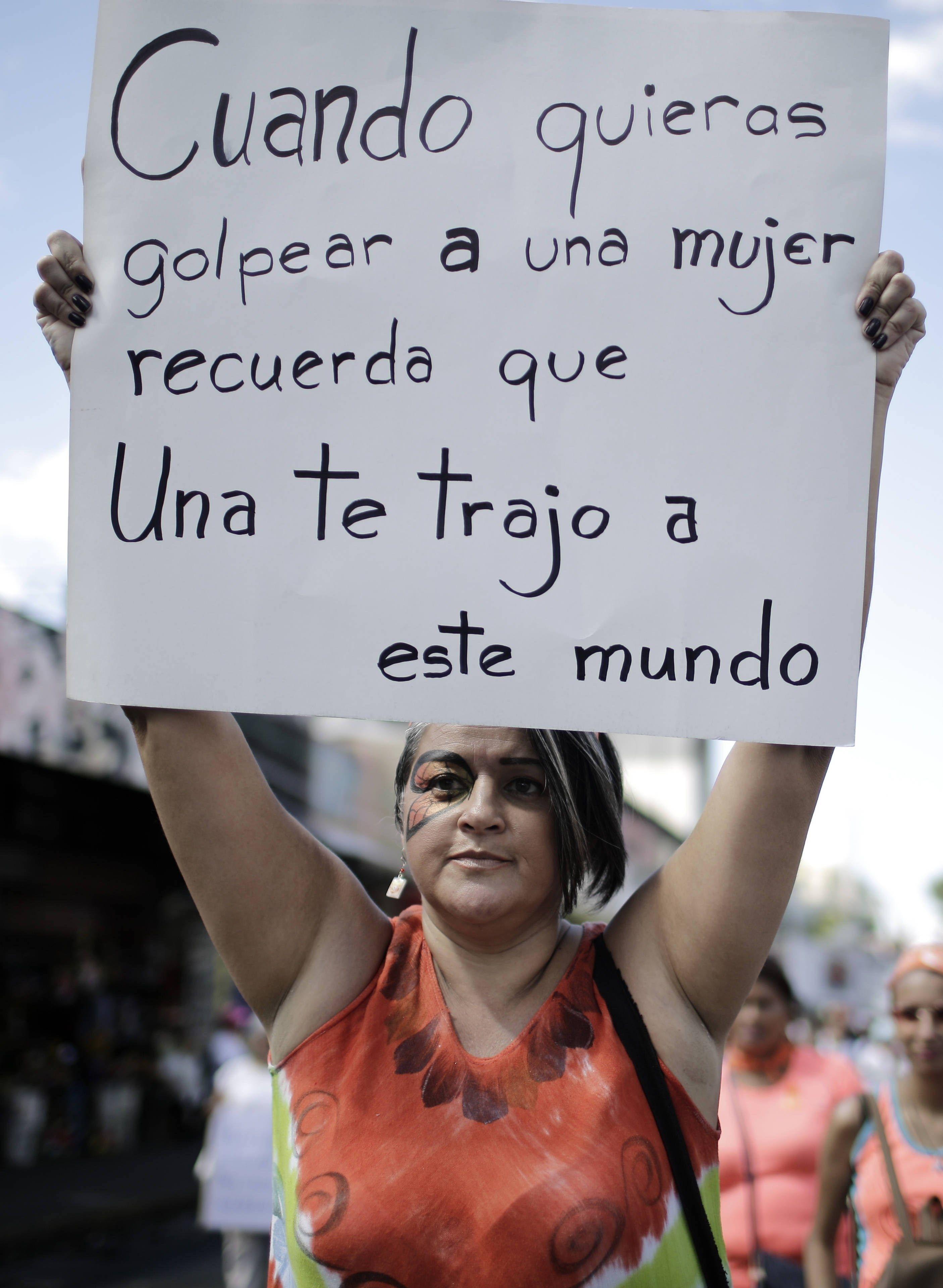 Mujeres con pancartas se marcharonen San José (Costa Rica) para pedir un alto a la violencia física, sexual y psicológica contra las mujeres y las niñas, que en lo que va del año ha cobrado la vida de 21 de ellas