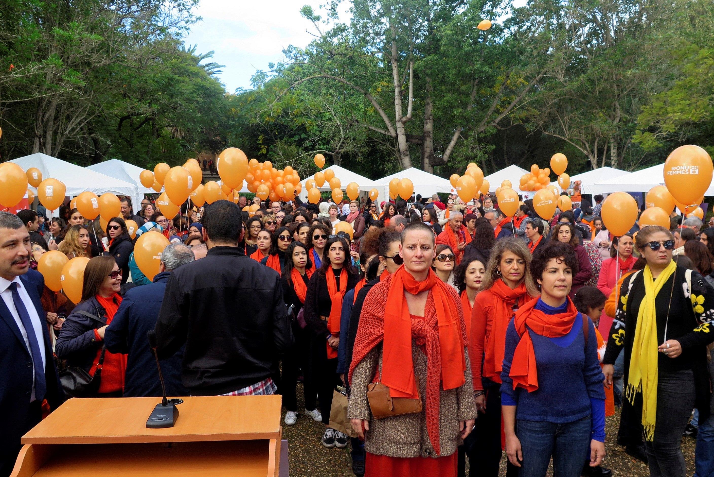 Cientos de globos naranjas volaron por los cielos de Rabat (Marruecos) para conmemorar la jornada de la lucha contra la violencia machista y recordar la gravedad del fenómeno en un país que acaba de aprobar una ley para combatirlo