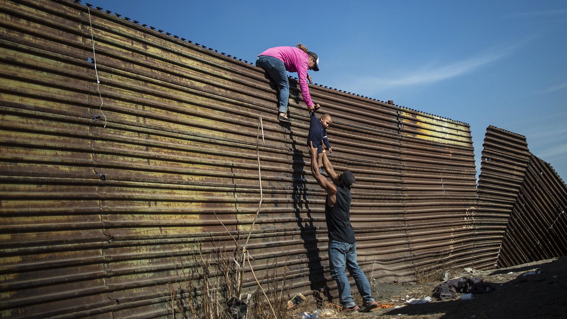 Al otro lado de la valla que intentaron saltar los esperaba la Patrulla Fronteriza. (Foto: AFP)