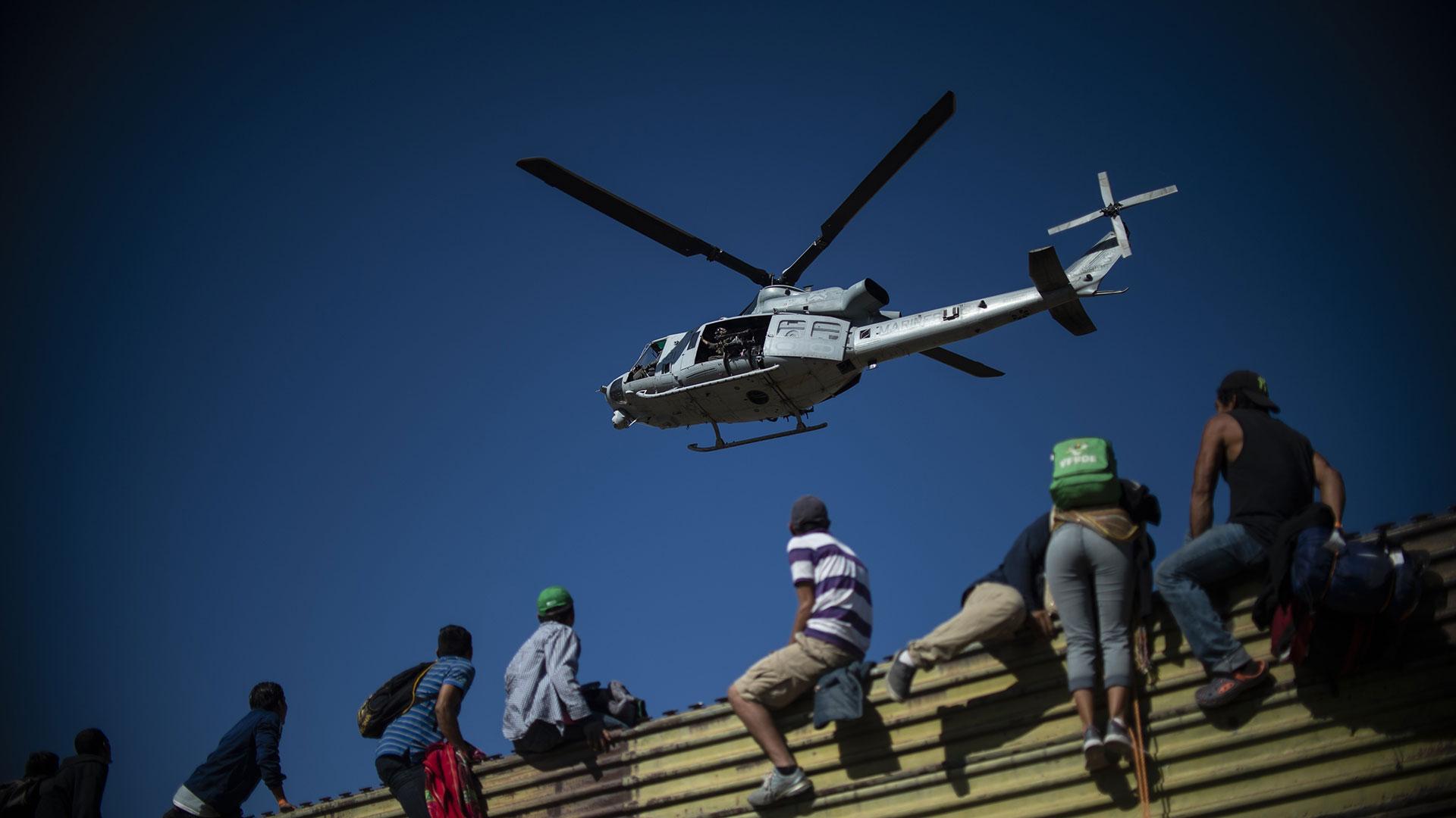 Una de las formas que han encontrado los migrantes para llegar a EEUU es brincar por la la valla en la frontera con México (Foto: AFP)