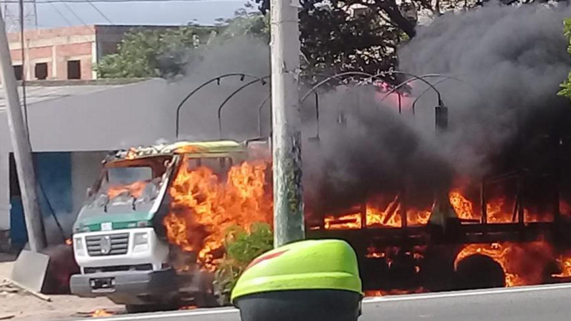 Resultado de imagen para carros incendiados en colombia terrorismo