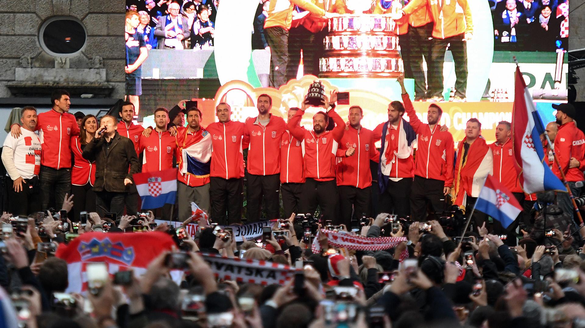 Después del festejo popular en el centro de la ciudad, el equipo de Copa Davis se dirigióal palacio presidencial de Pantovcak, para ser condecorados por la presidenta, Kolinda Grabar-Kitarovic