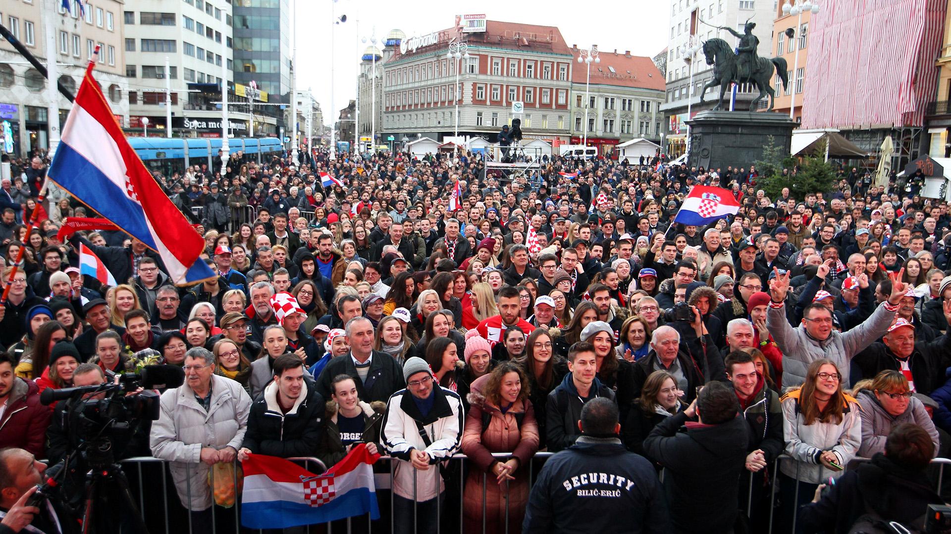 """""""Este es el mejor día de mi vida. Os lo agradezco a todos"""", dijo a los reunidos el jugador Borna Coric, un joven talento de 22 años que fue quien abrió el viernes la final, ganando el primer punto para Croacia, al superar a Jeremy Chardy"""
