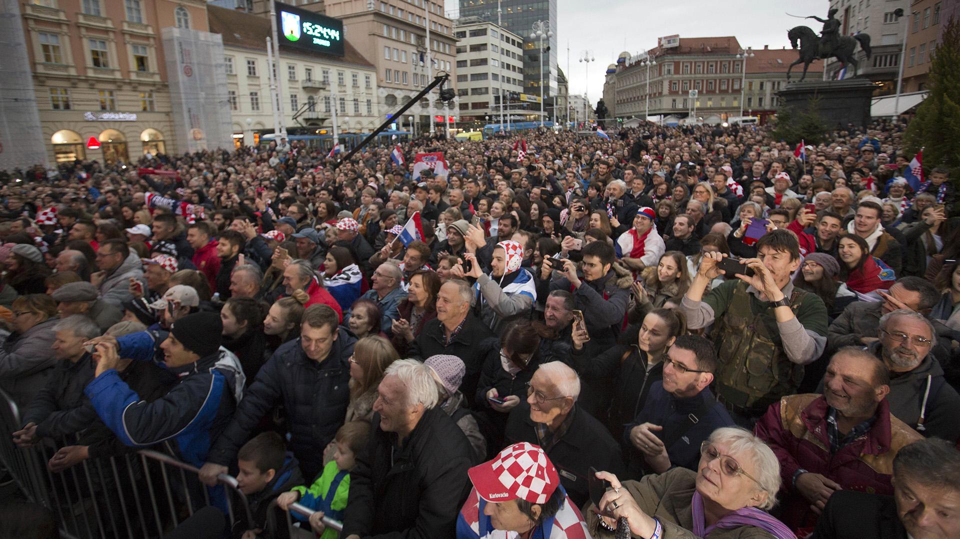 Miles de croatas han llenado este lunes la céntrica Plaza de Ban Jelacic de Zagreb para recibir a la selección de tenis